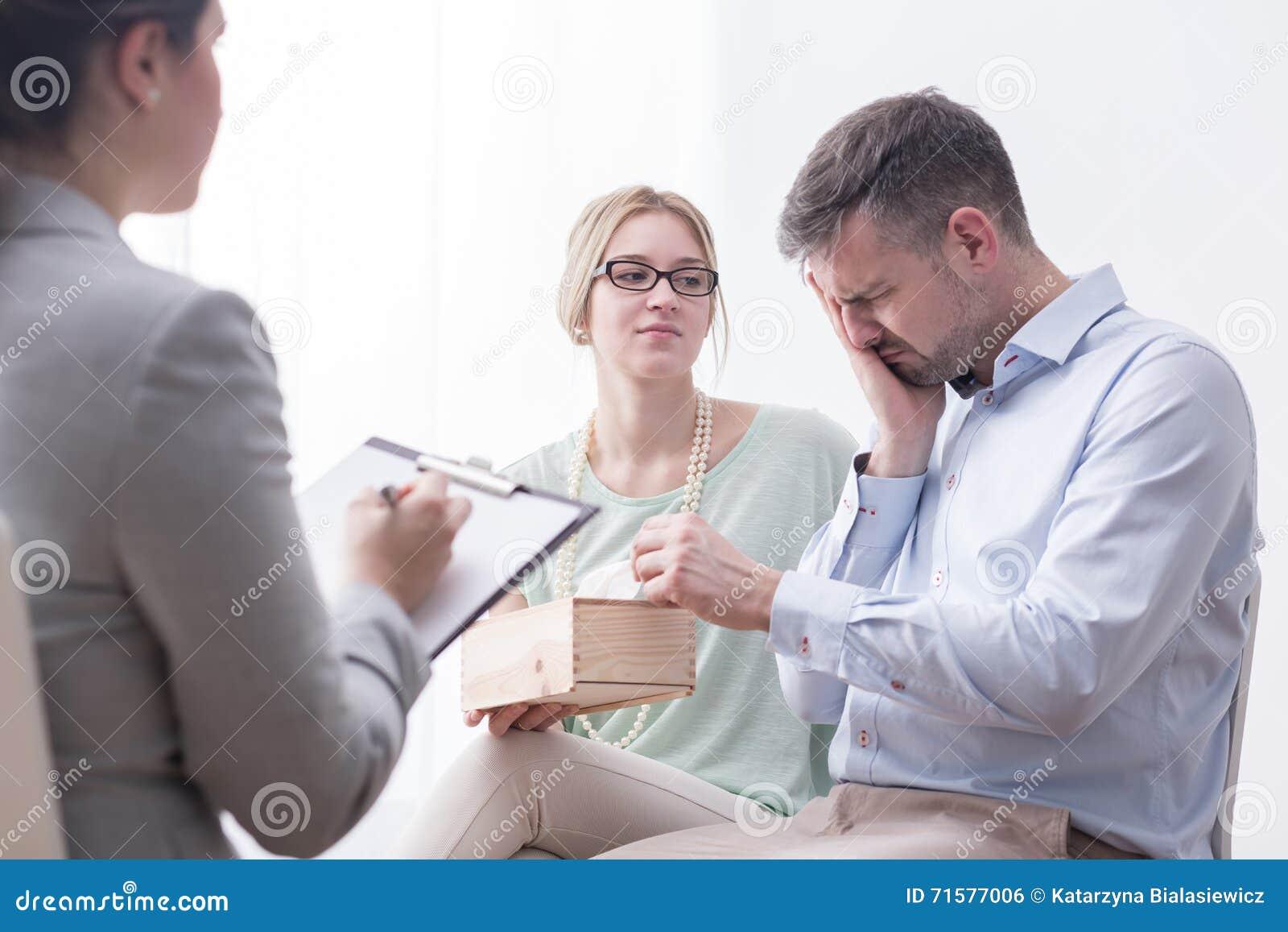 Deprimierter Mann, der während der Therapie-Sitzung schreit