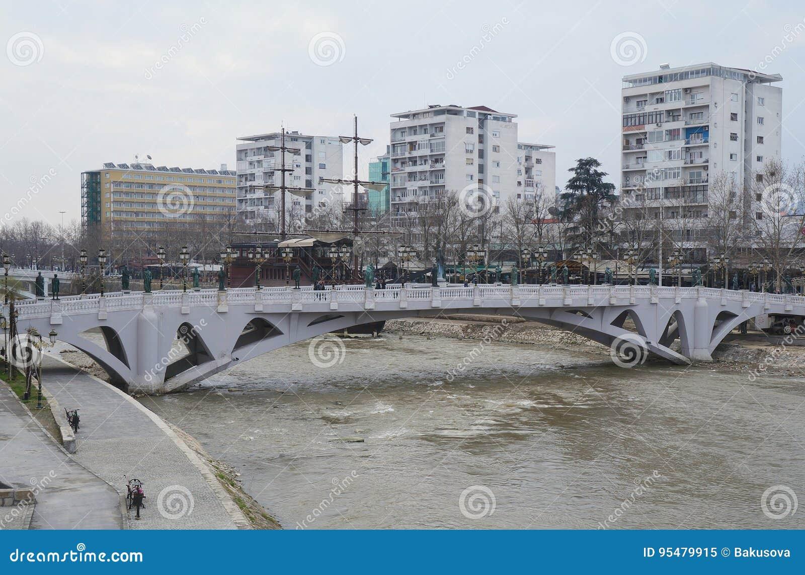 Deptak blisko Vardar rzeki w Skopje