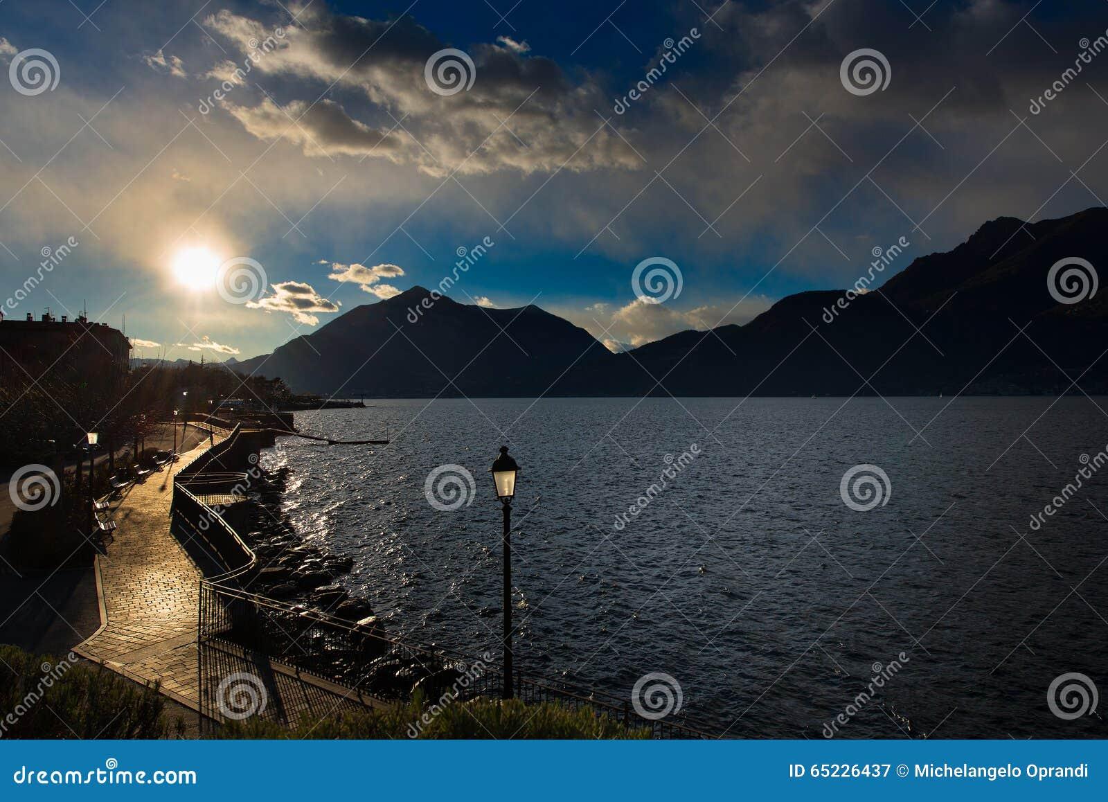 Deptak przy Jeziornym Como Włochy