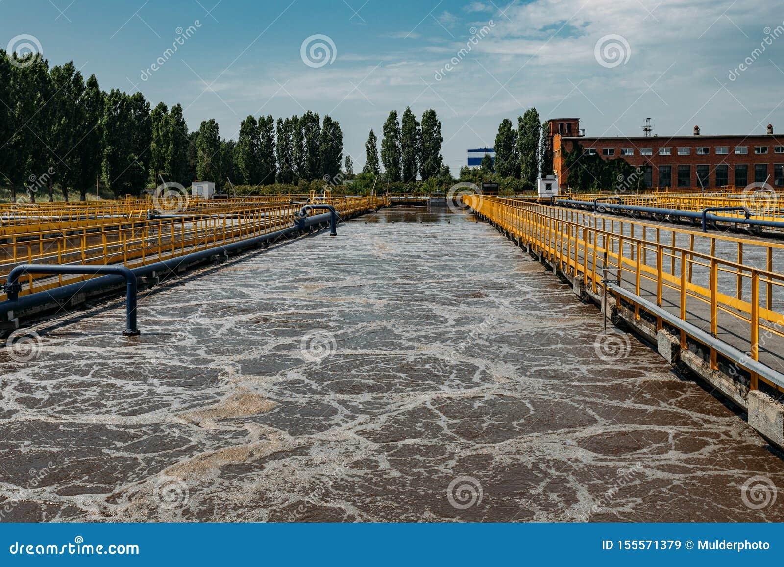 Depuradora de aguas residuales moderna Los tanques para la aireación y la purificación biológica de las aguas residuales
