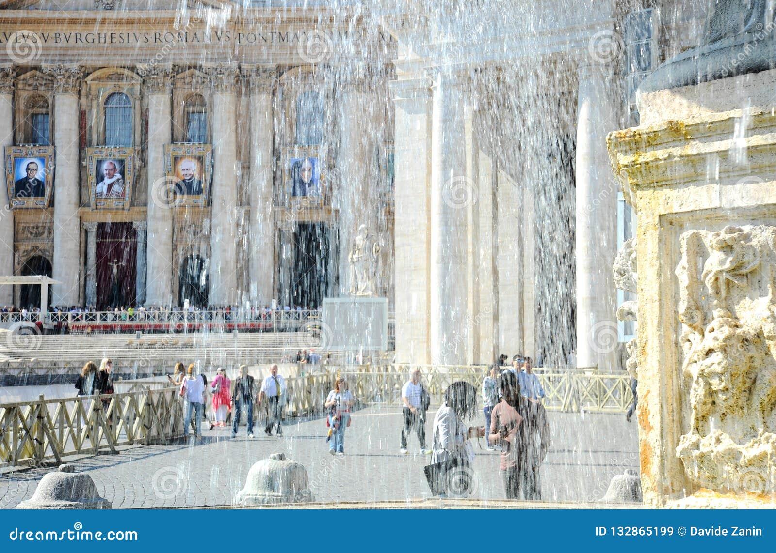 Der alte Brunnen umgeben von den Touristen St- Peter` s Quadrat ist vor St- Peter` s Basilika in der Vatikanstadt