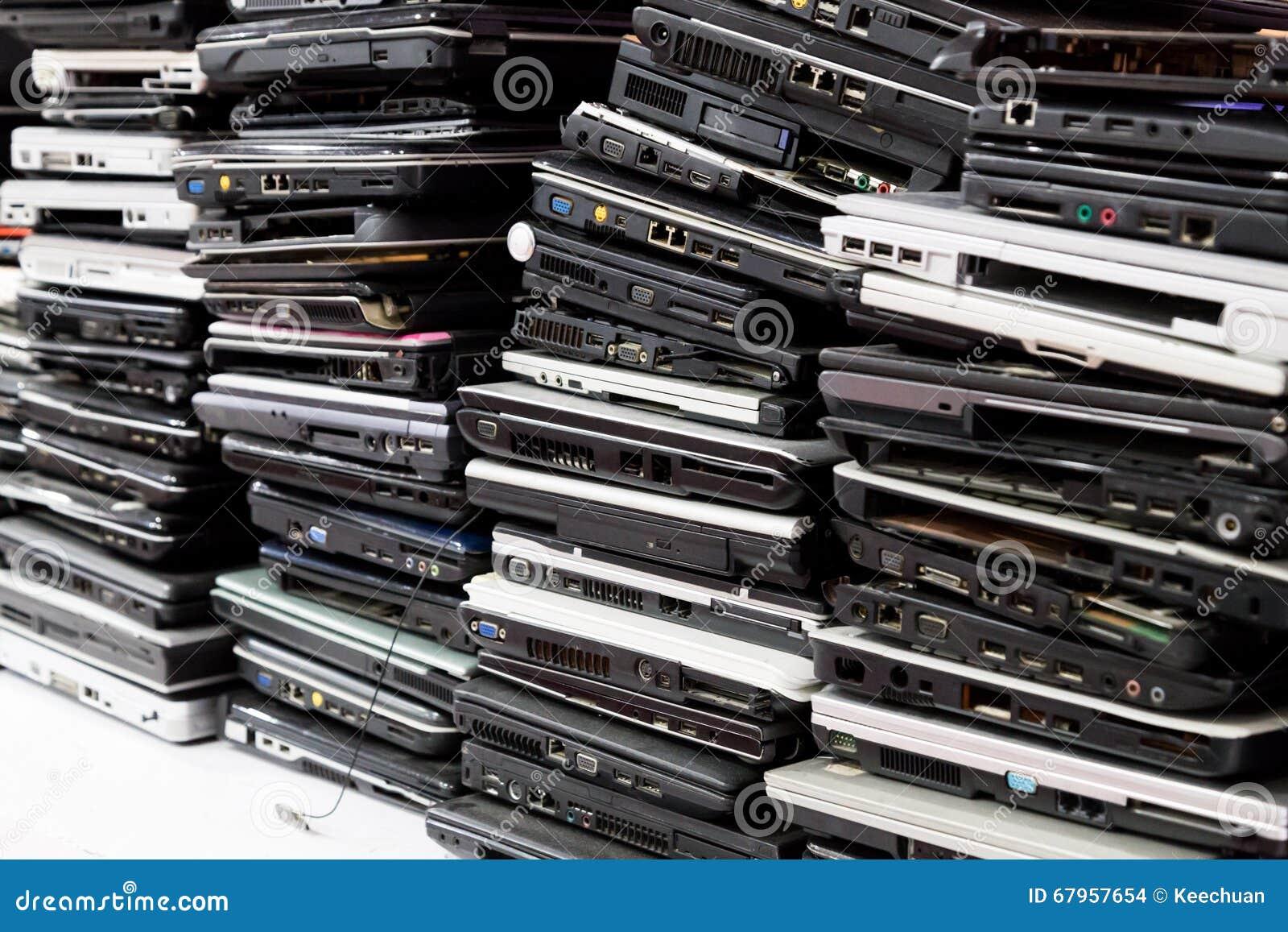 Der alten, gebrochenen und veralteten Laptop-Computers des Stapels
