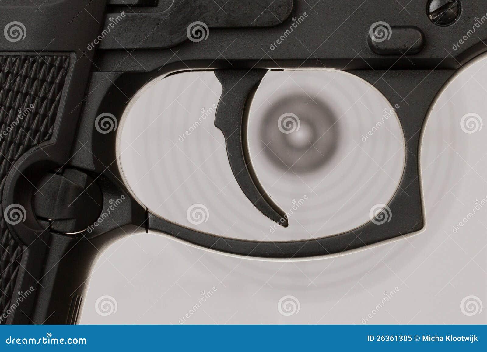 Der Auslöser einer Pistole mit einem Schießenziel