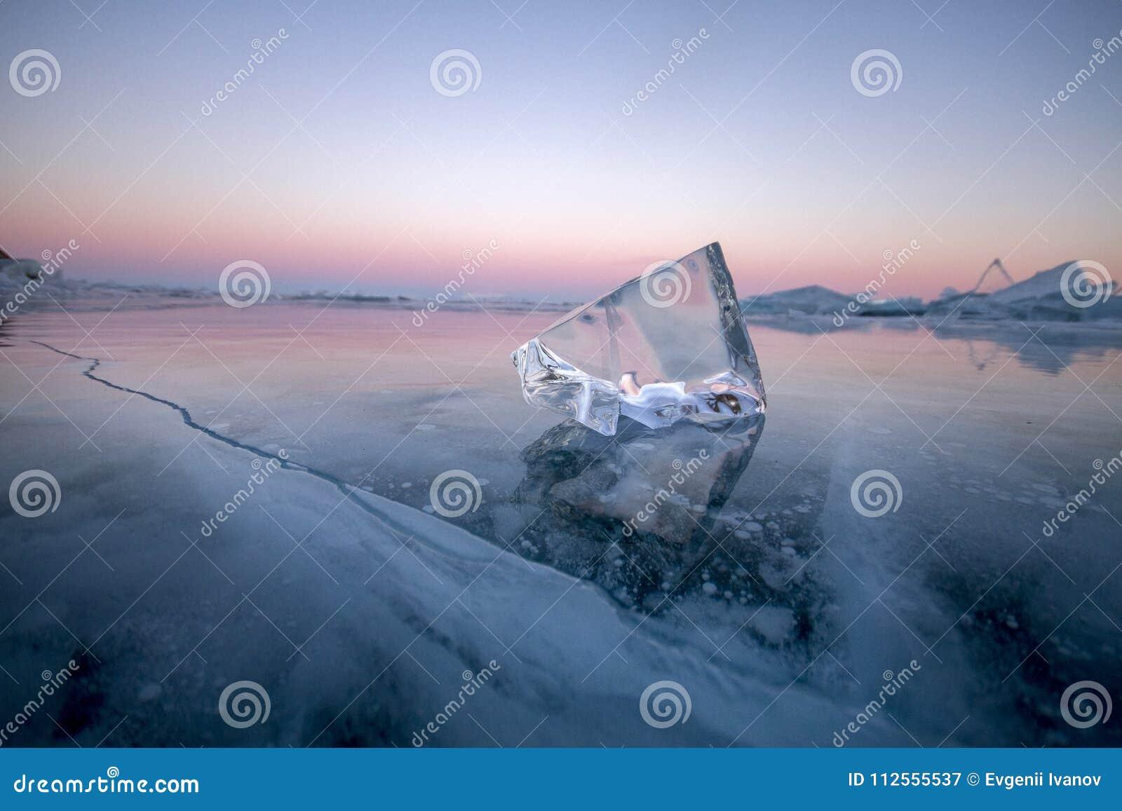 Der Baikalsee wird mit Eis und Schnee, starke Kälte, starkes cle bedeckt