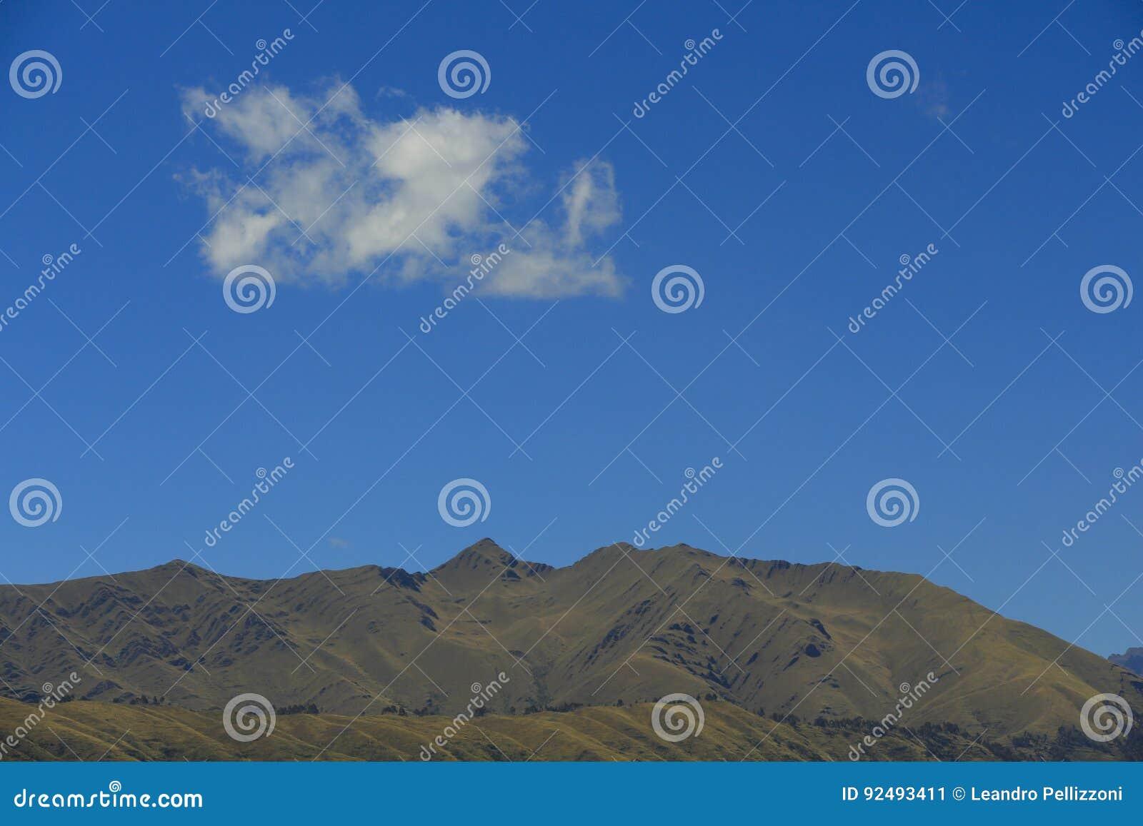 Der Berg, der Himmel und die Wolke