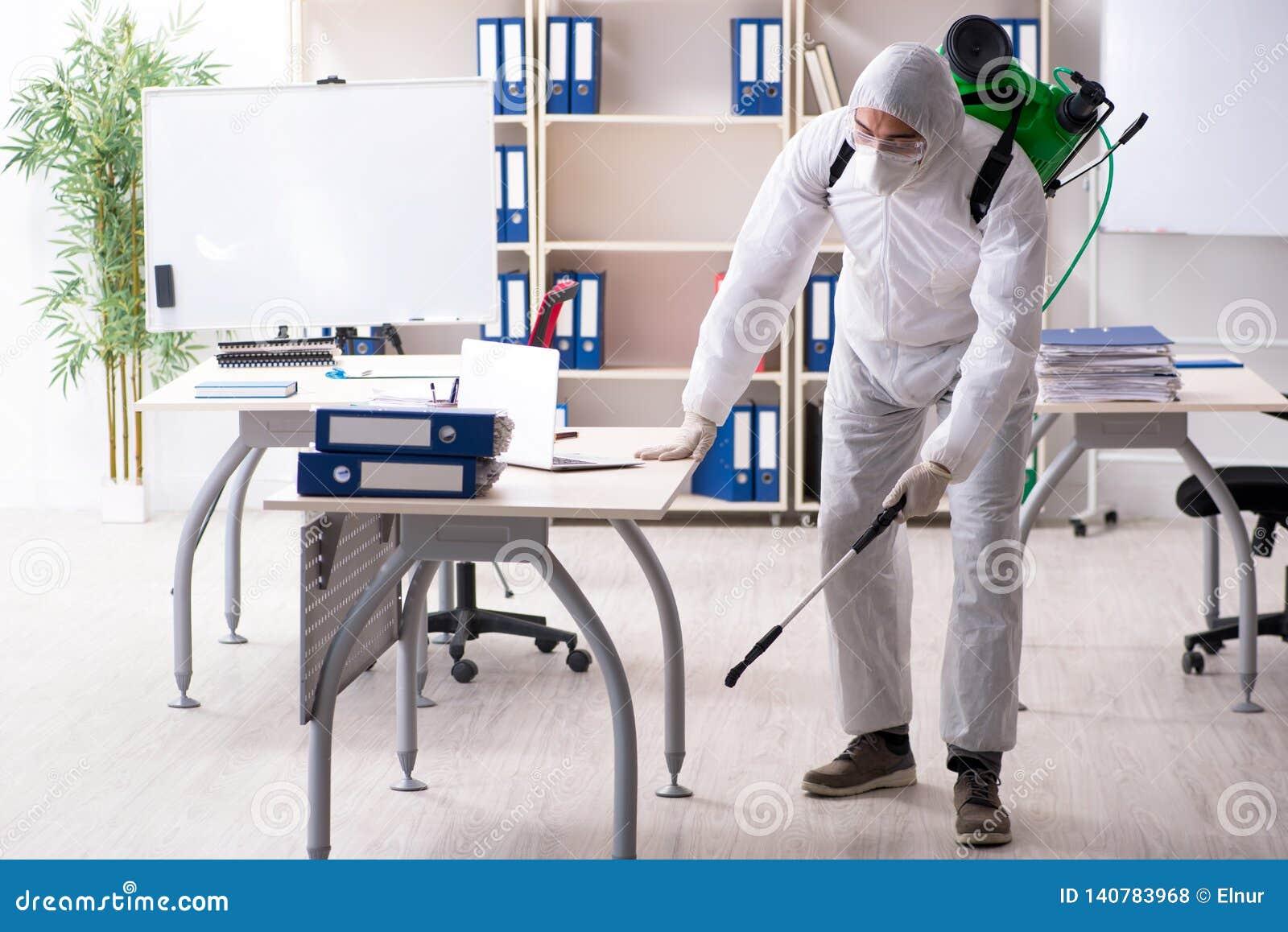 Der Berufsauftragnehmer, der Schädlingsbekämpfung im Büro tut