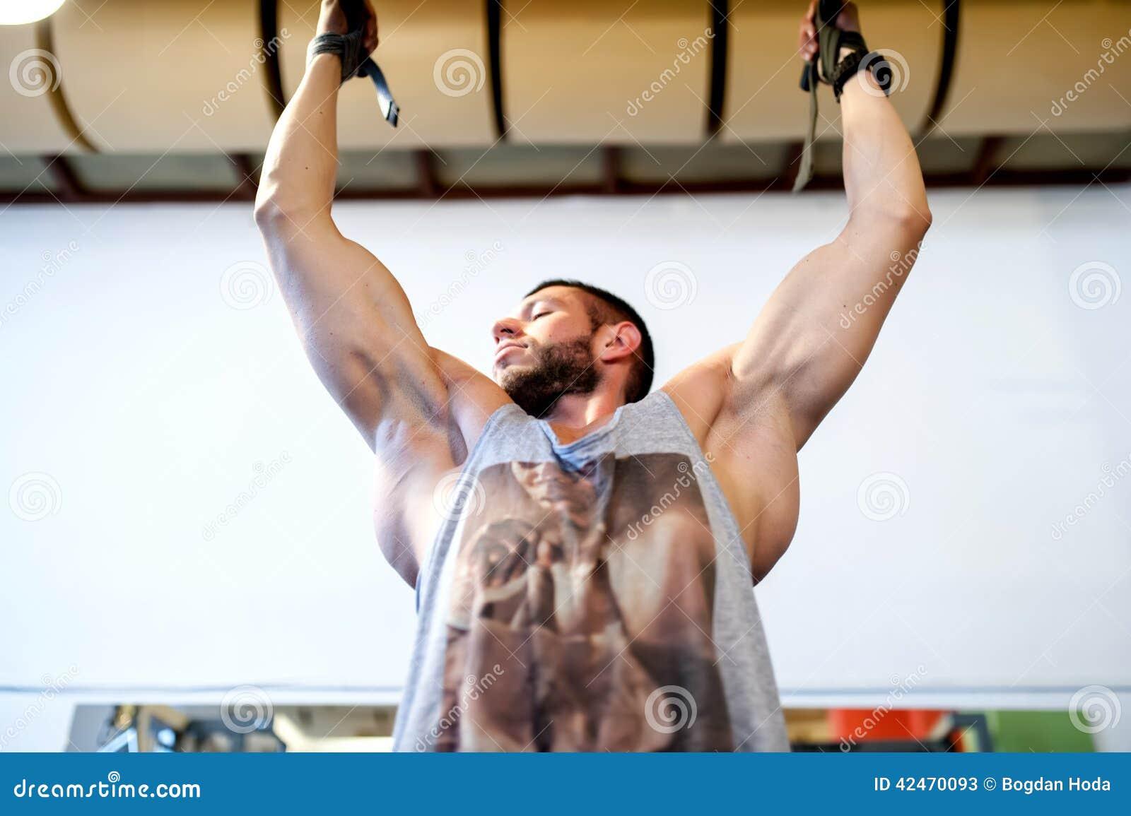 Der Bodybuilder, der Kinn tut, ups und arbeitet aus