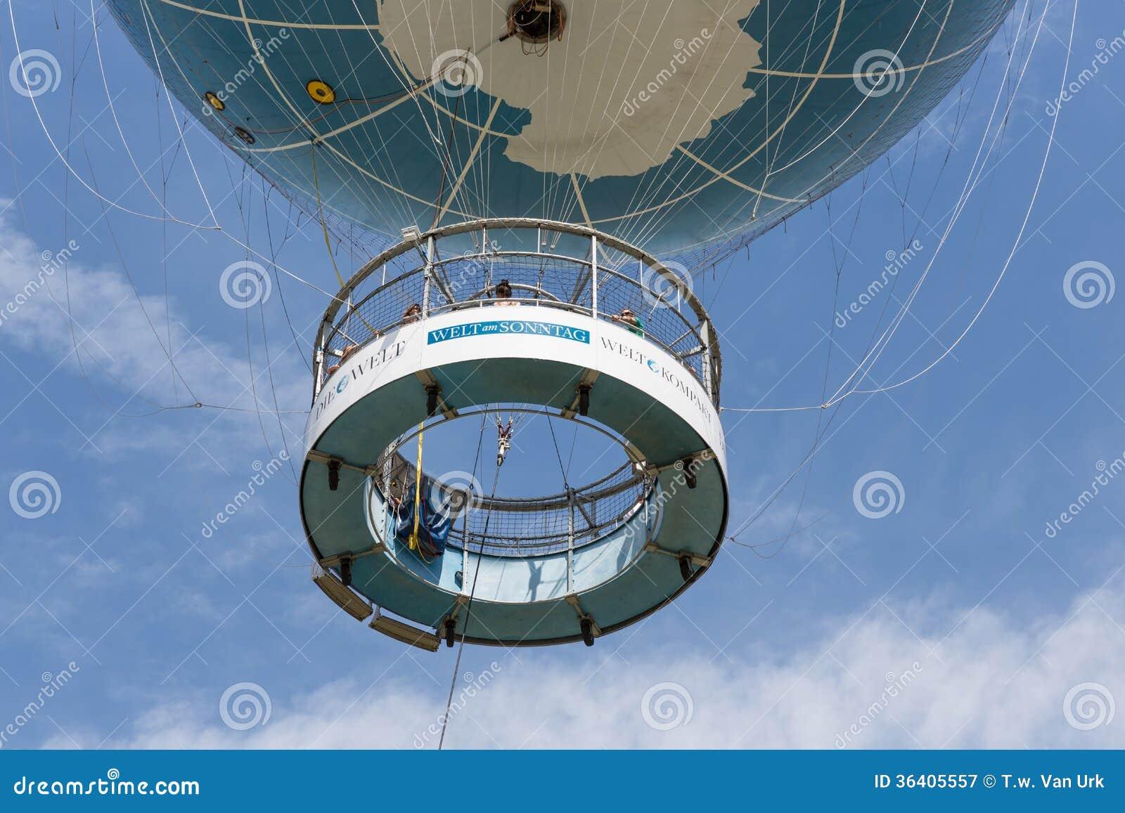 Der Borten-Ballon ist ein Heißluftballon, der Touristen 150 Meter in die Luft über Berlin nimmt