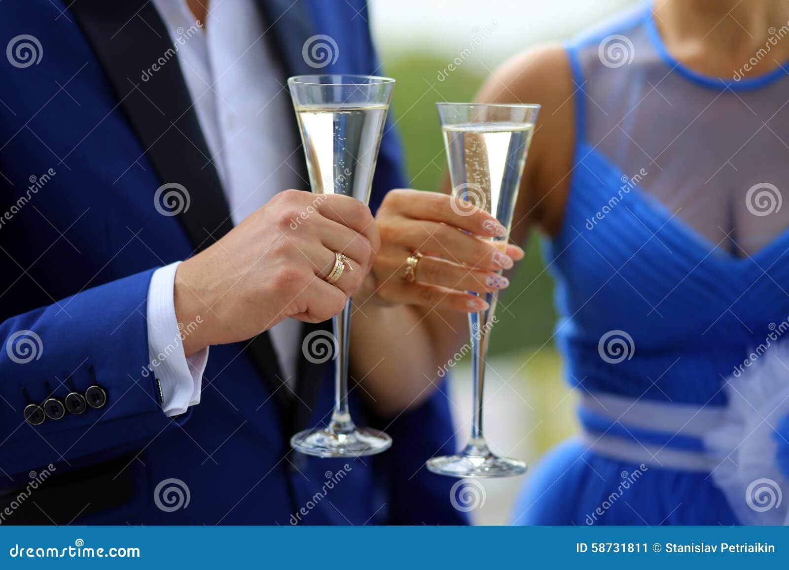 der bräutigam in einem blauen anzug und in der braut in