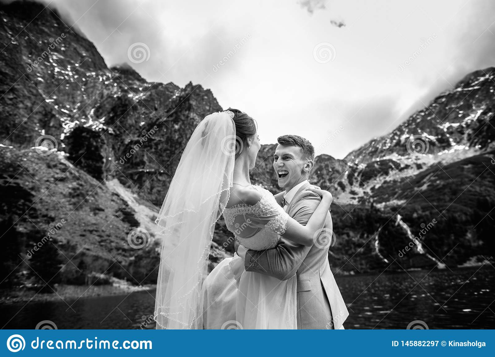 Der Br?utigam kreist seine junge Braut, auf dem Ufer des Sees Morskie Oko ein polen Schwarzweiss-Foto Pekings, China