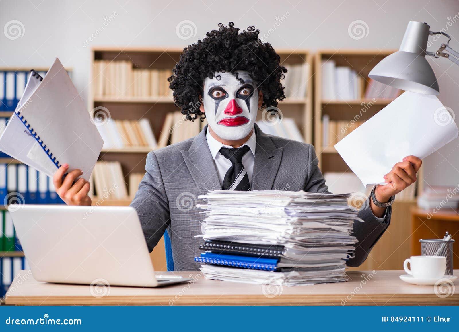 Der Clowngeschaftsmann Der Im Buro Arbeitet Stockbild Bild Von