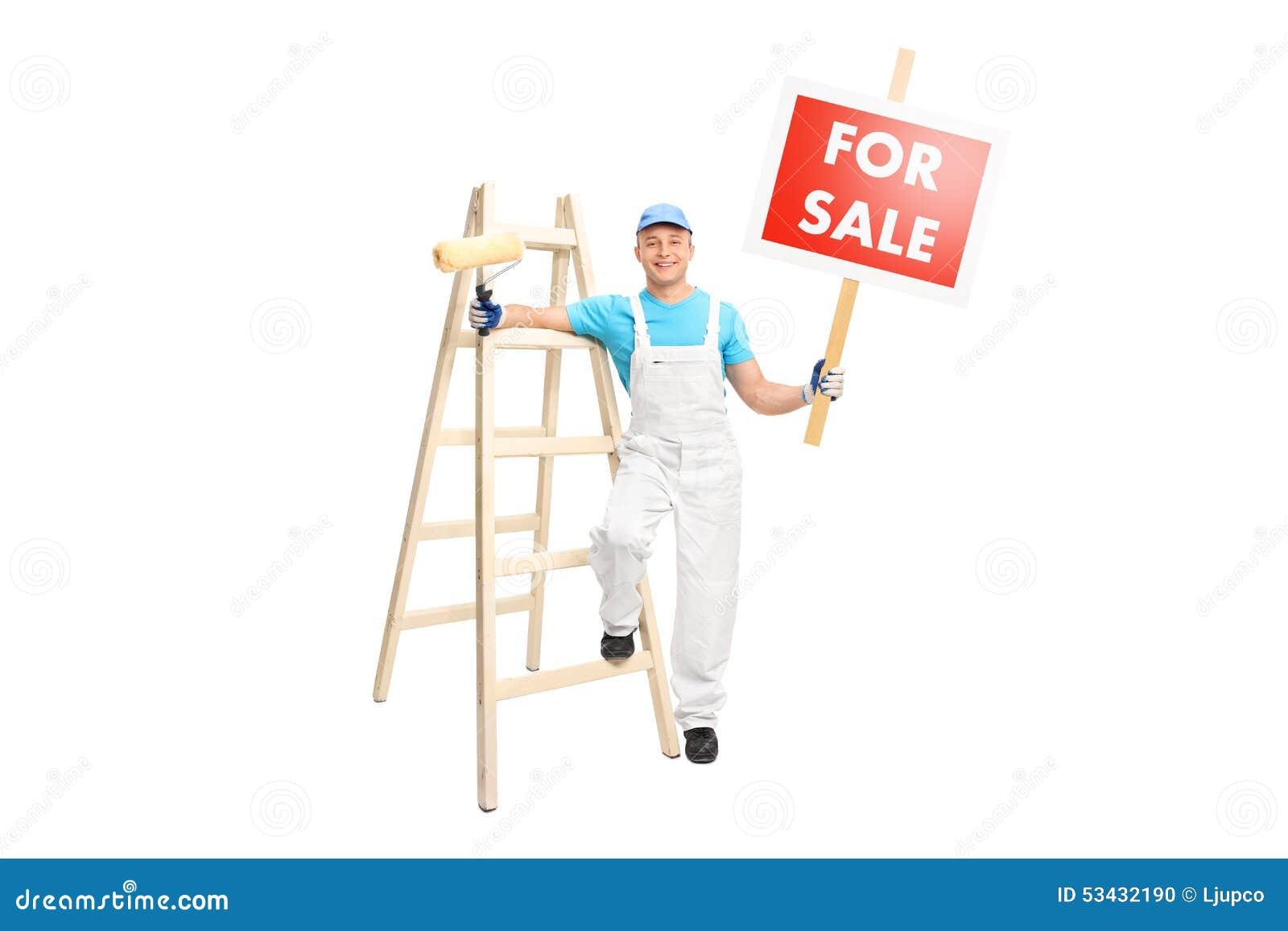 Der Dekorateur, der Farbenrolle halten und a für Verkauf unterzeichnen