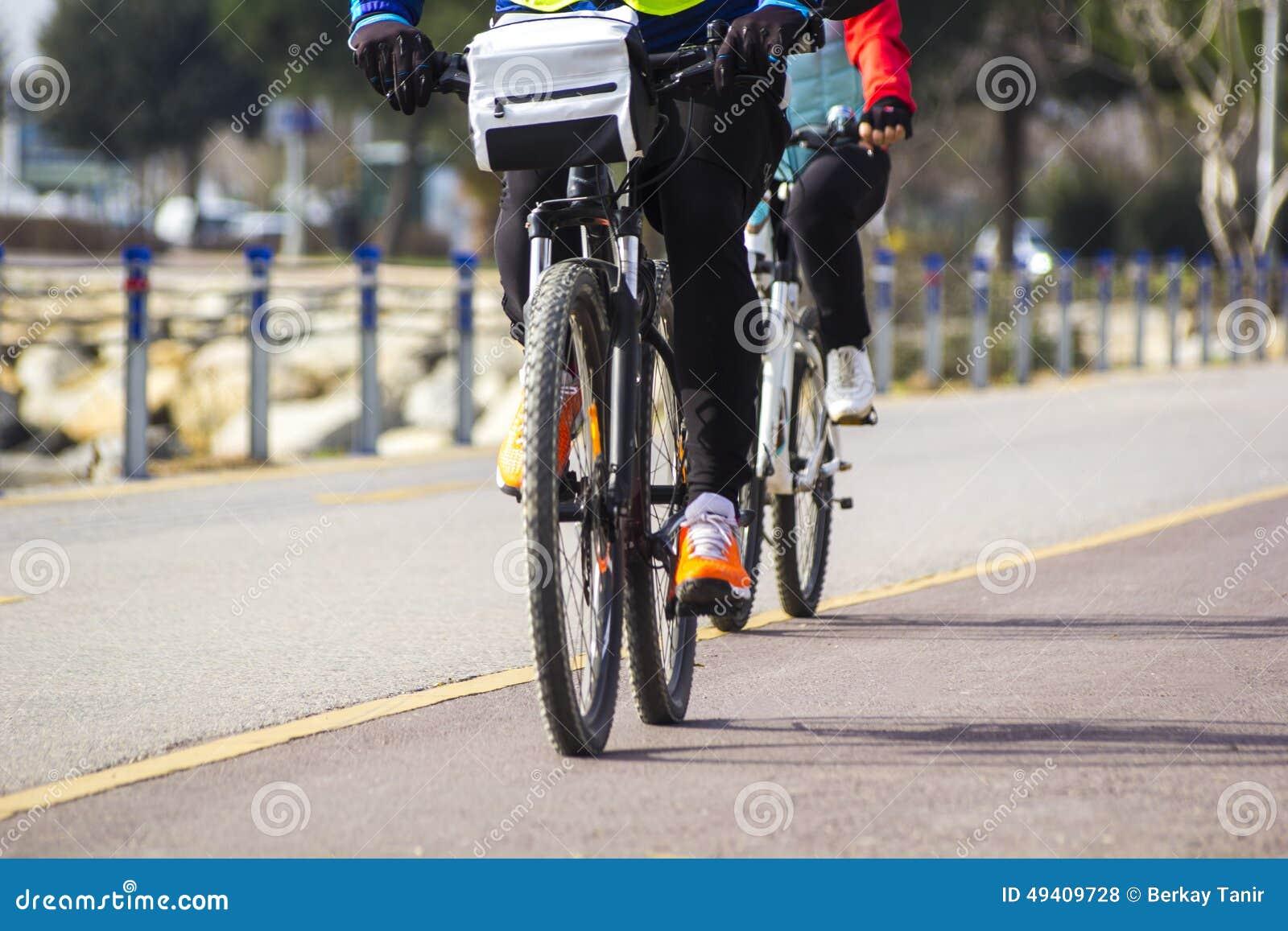 Download Der Ehemann Und Die Frau Beim Radfahren Stockfoto - Bild von ehemann, radfahren: 49409728