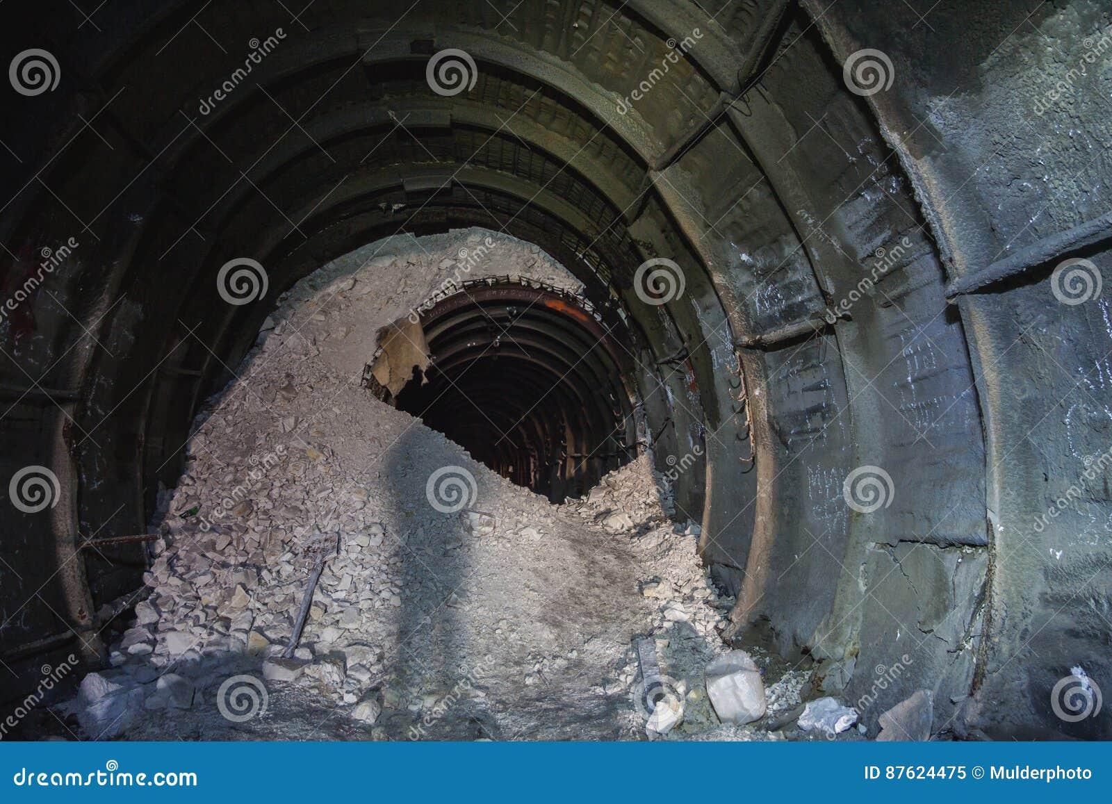 Der Einsturz im Kreidebergwerk, Tunnel mit Spuren der Bohrmaschine