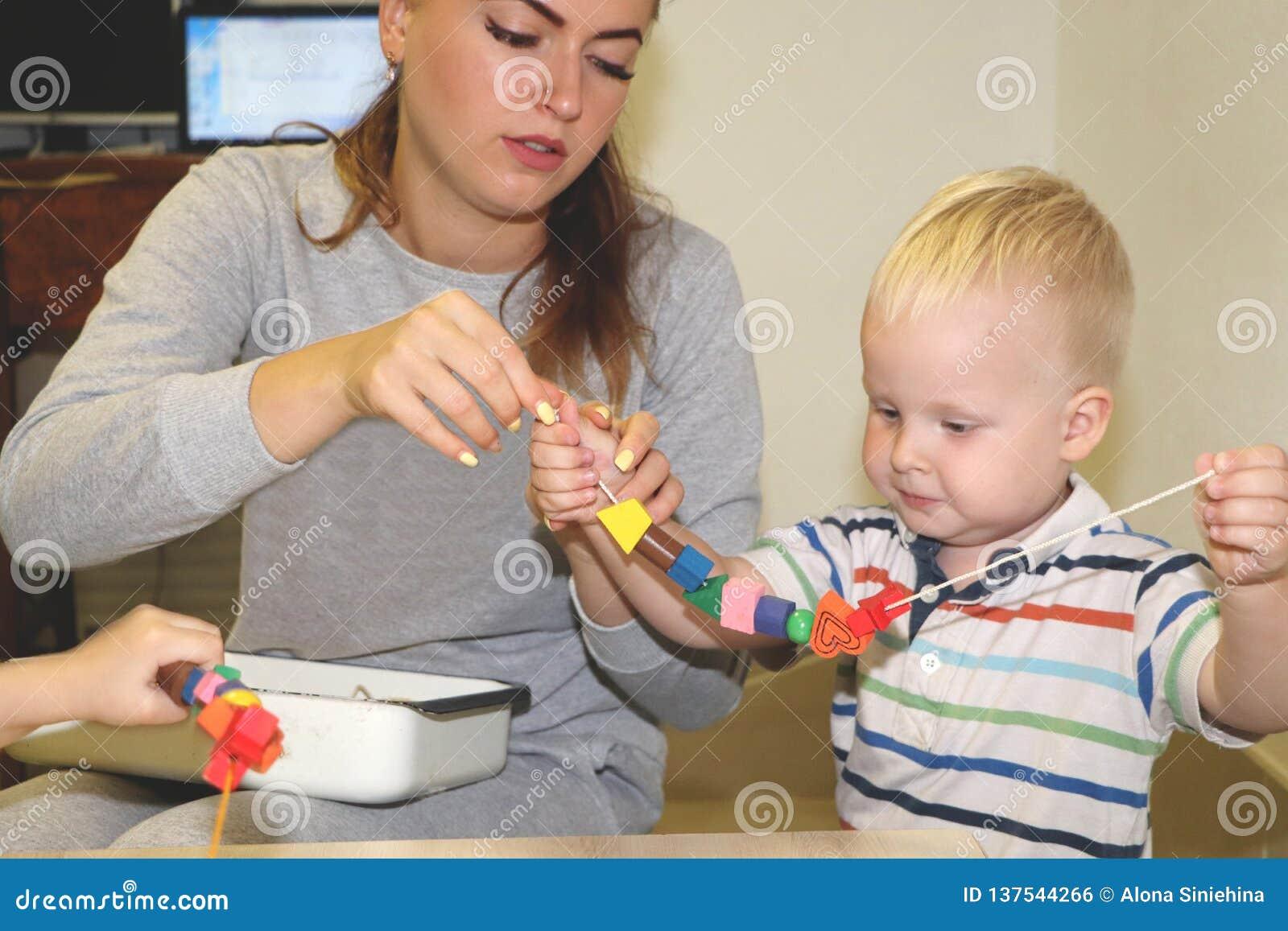 Der Erzieher beschäftigt das Kind im Kindergarten Kreativität und Entwicklung des Kindes
