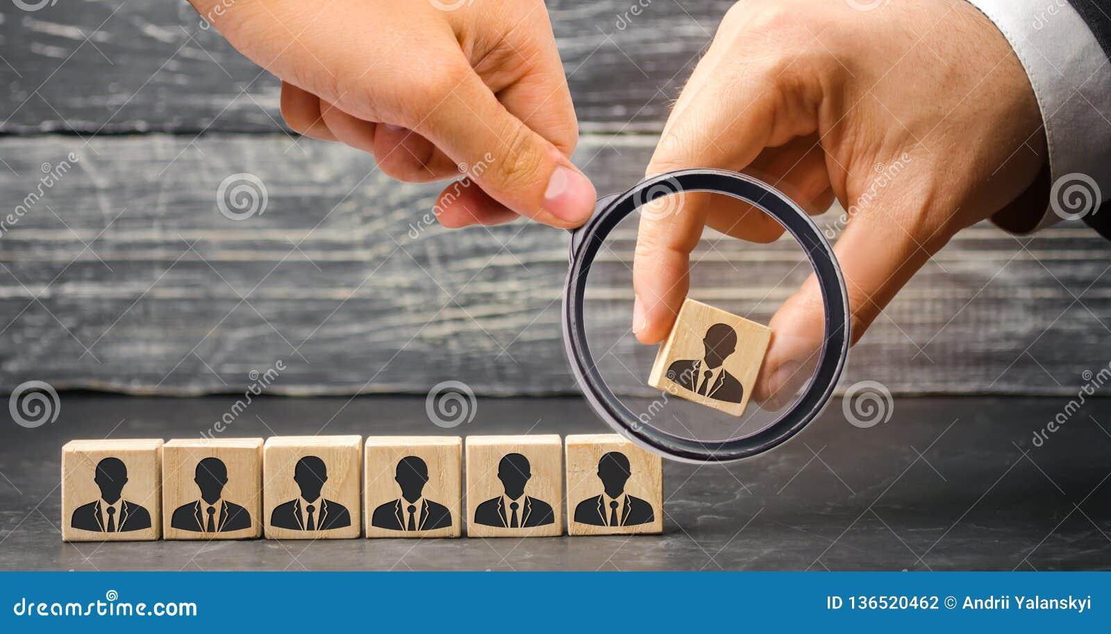 Der Führer errichtet Team von den Würfeln mit Angestellten Geschäftsmann auf der Suche nach neuen Angestellten und Spezialisten P