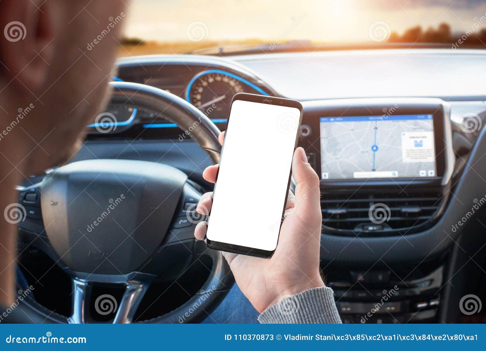 Der Fahrer benutzt das Telefon beim Fahren Modernes intelligentes Telefon mit runden Rändern