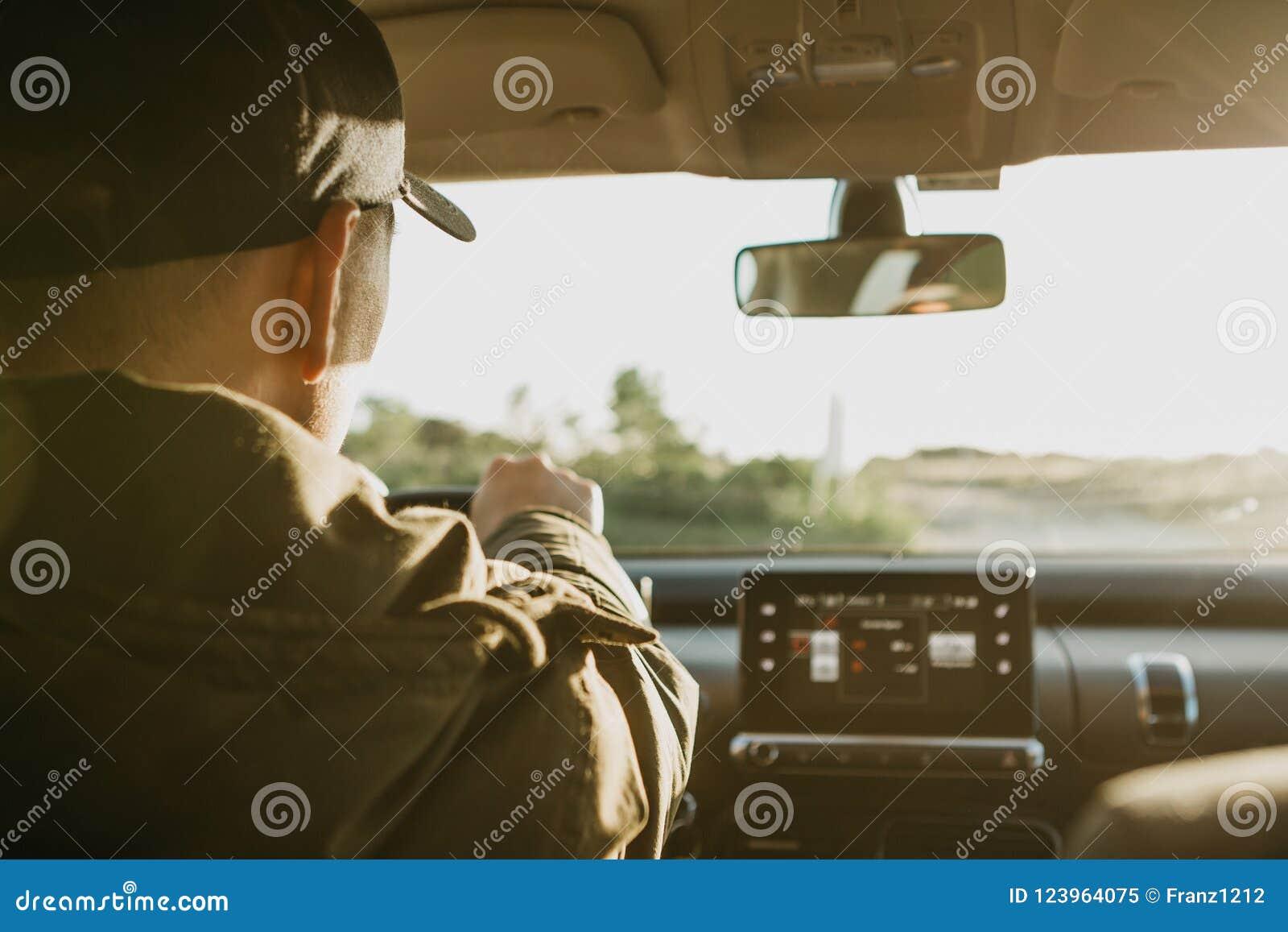 Der Fahrer oder der Reisende oder der Tourist ist Autofahren