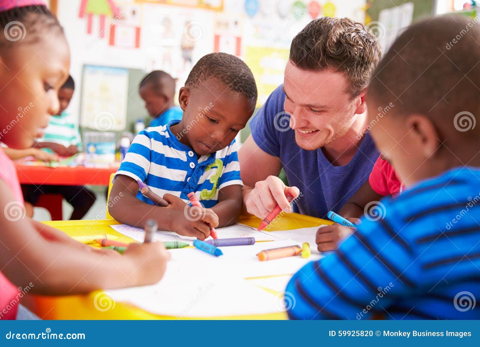 Der freiwillige Lehrer, welche einer Klasse Vorschule hilft, scherzt Zeichnung