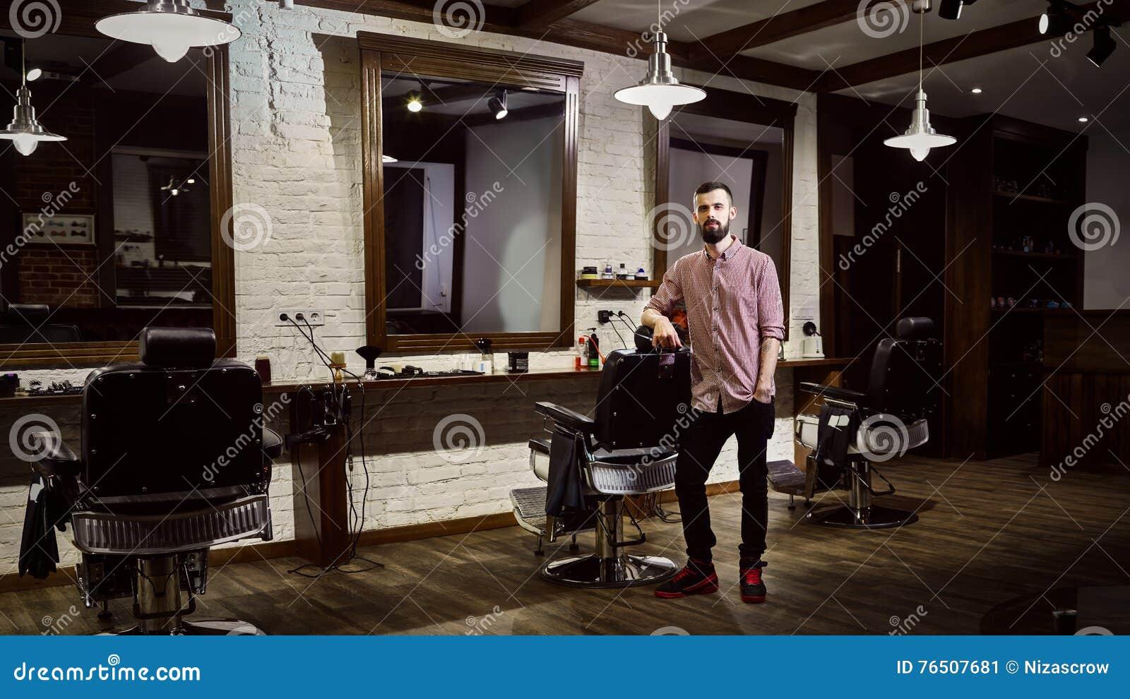 Der Friseur Der Männer Am Arbeitsplatz Im Friseursalon Stockbild ...