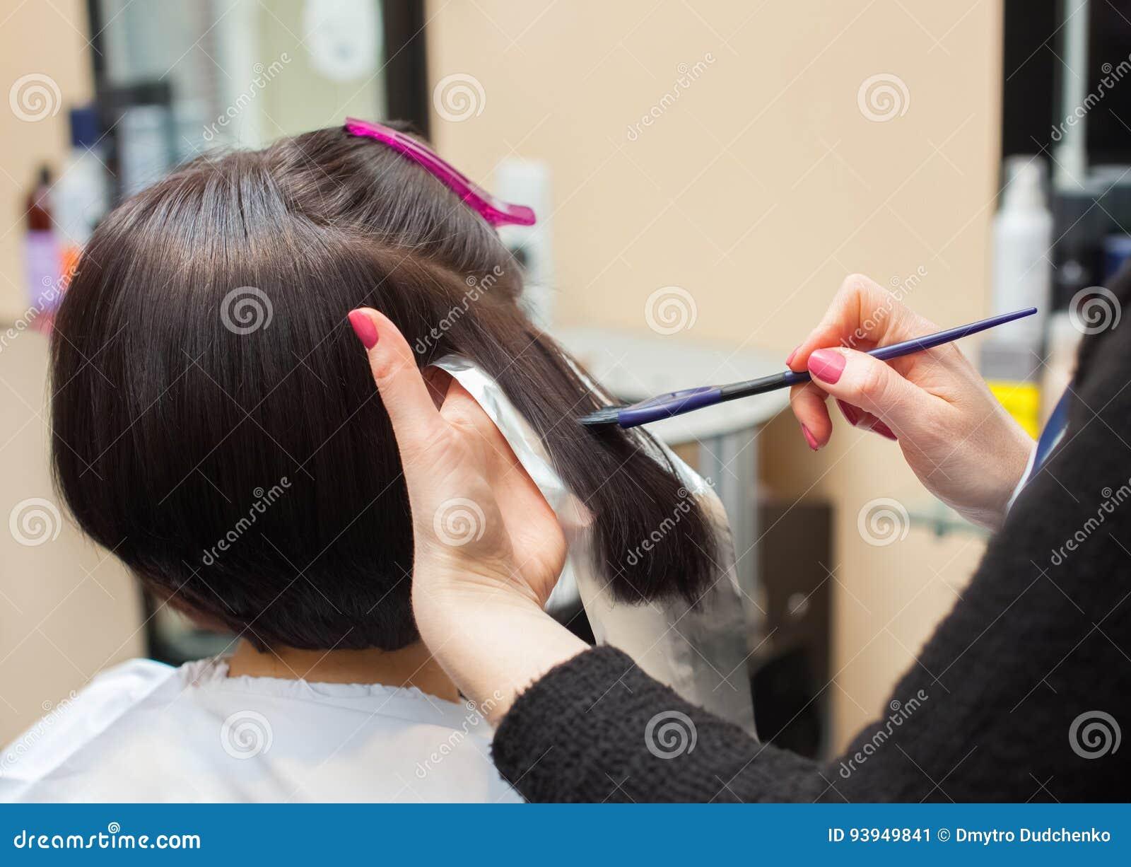 Der Friseur Malt Das Frau ` S Haar In Einer Dunklen Farbe ...