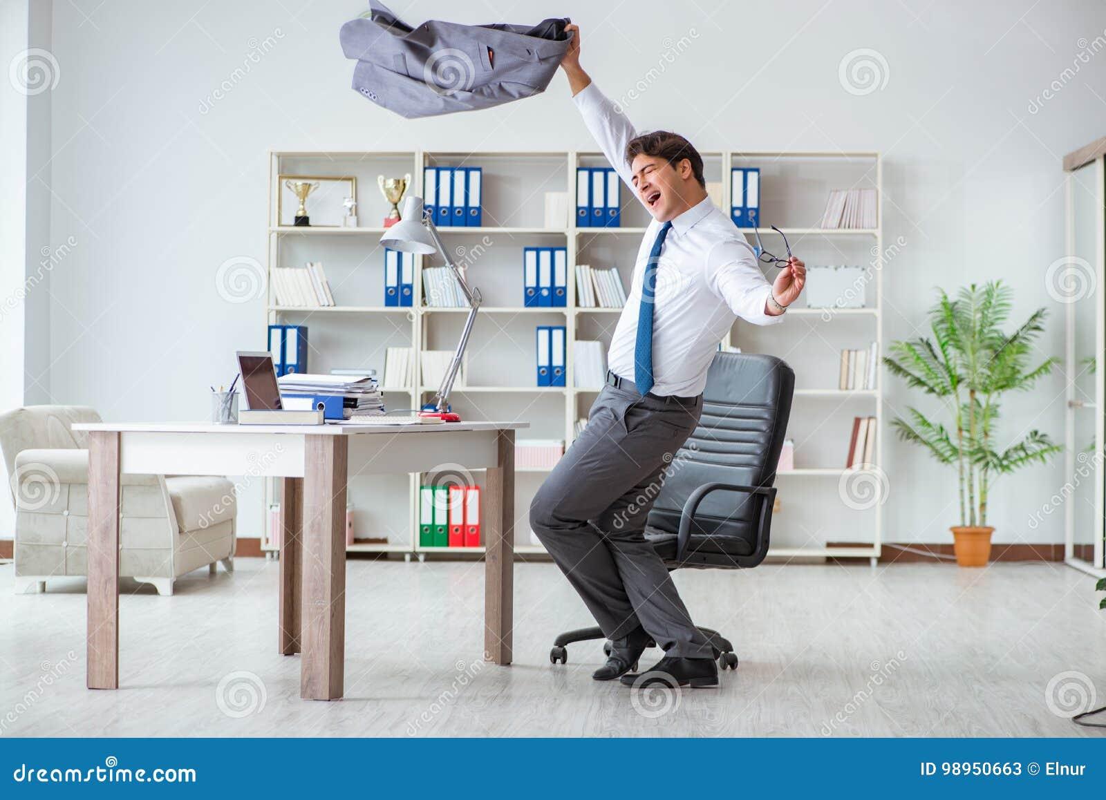 Der Geschäftsmann, Der Den Spaß Macht Eine Pause Im Büro Bei Der ...