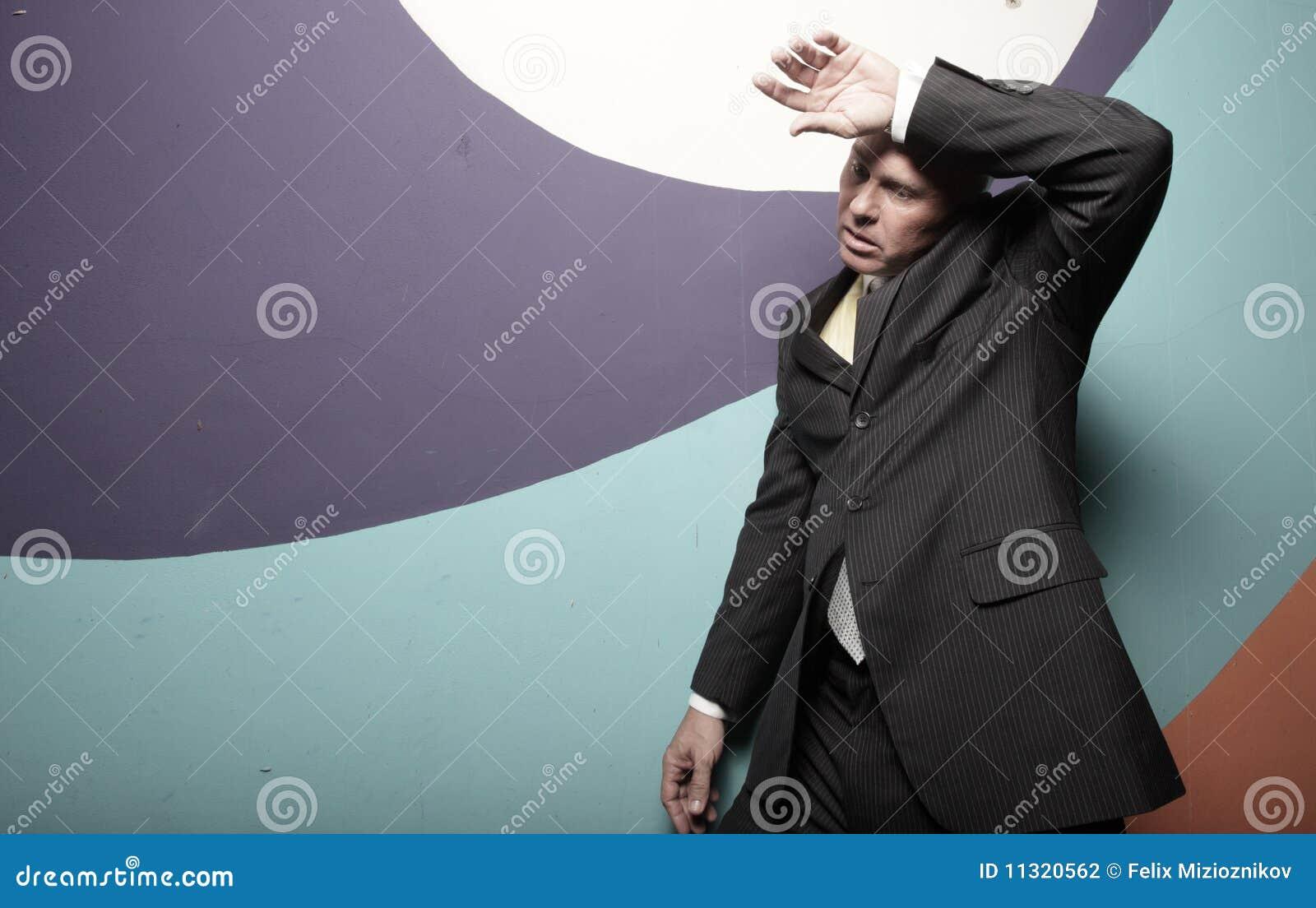 Der Geschäftsmann, der seins abwischt, schwitzte