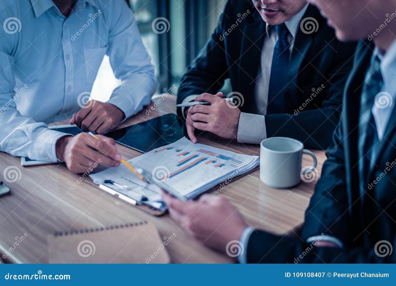 Der Geschäftsmann drei, der Diagramm im Papier betrachtet und sprechen Unternehmensplan, Marketing und über Finanz in der Zukunft