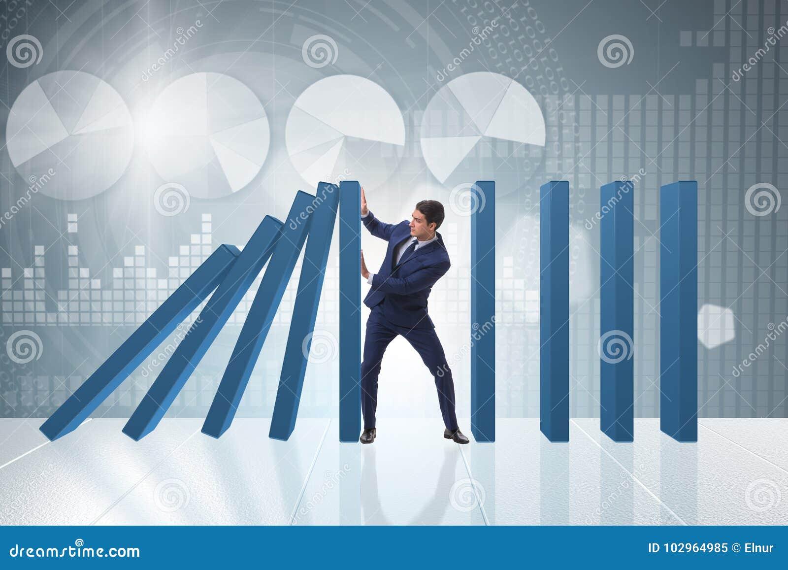 Der Geschäftsmann im Domino-Effekt-Geschäftskonzept