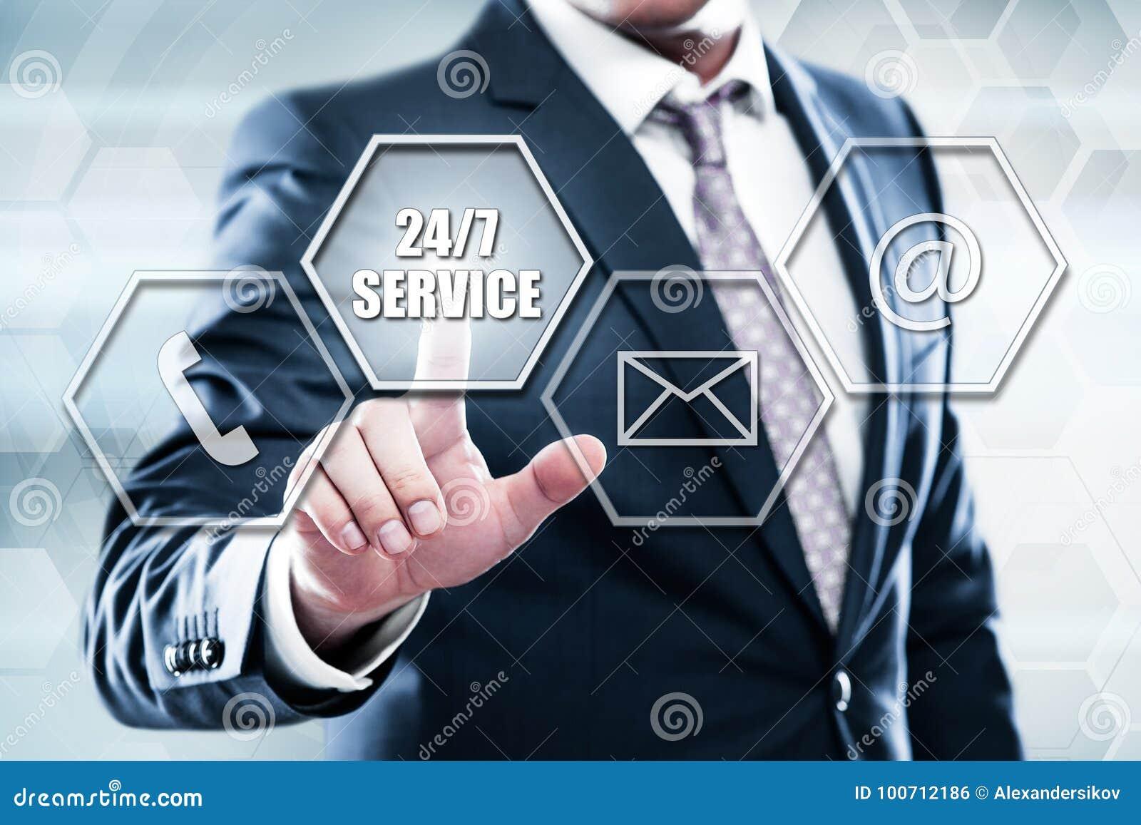 Der Geschäftsmann, der Knopf auf Touch Screen Schnittstelle bedrängt und wählen Service 247 vor