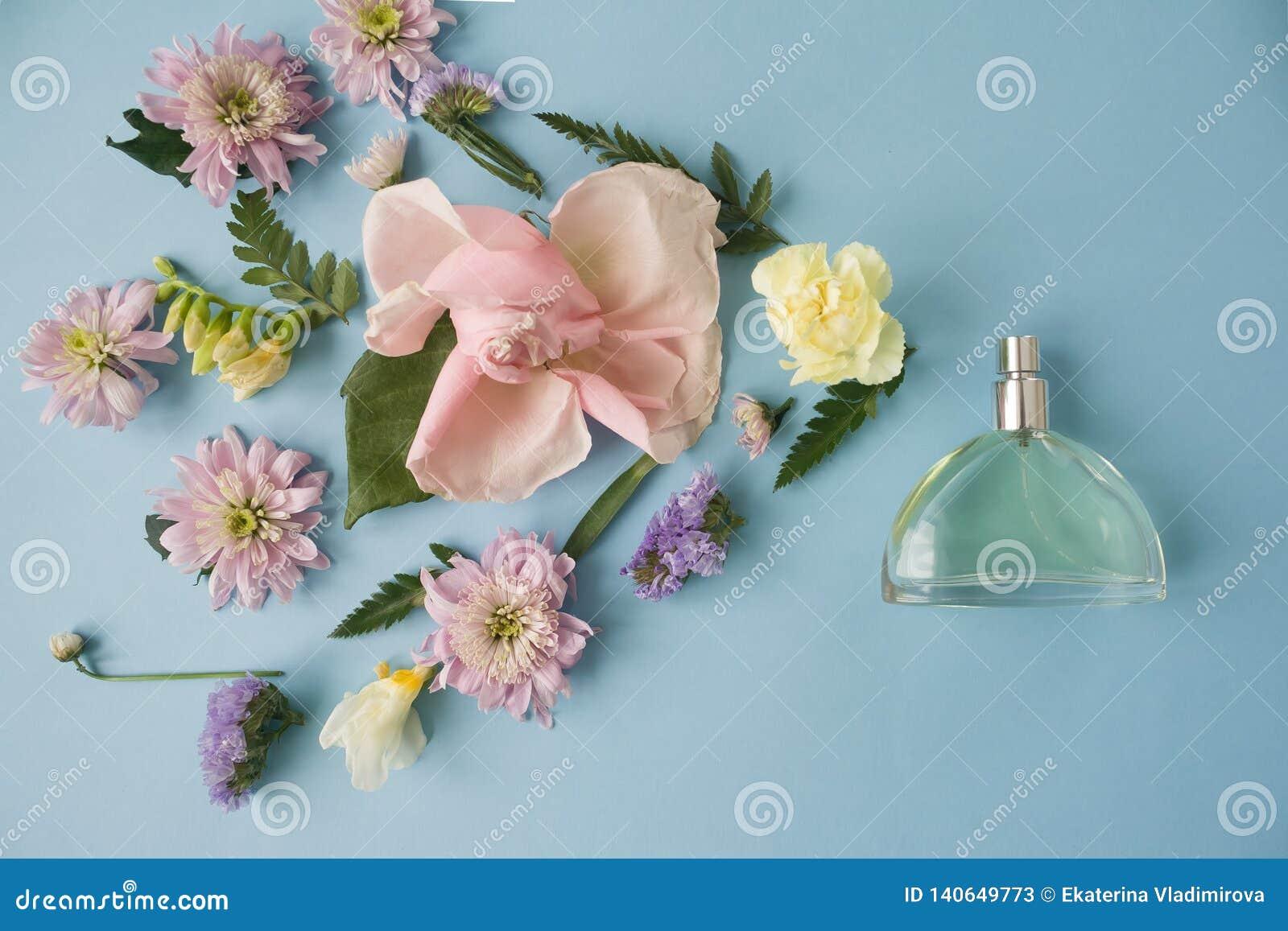 Der glückliche Tag der Mutter! Kartenkonzept Blumen, Duft, Parfüm auf blauem Hintergrund