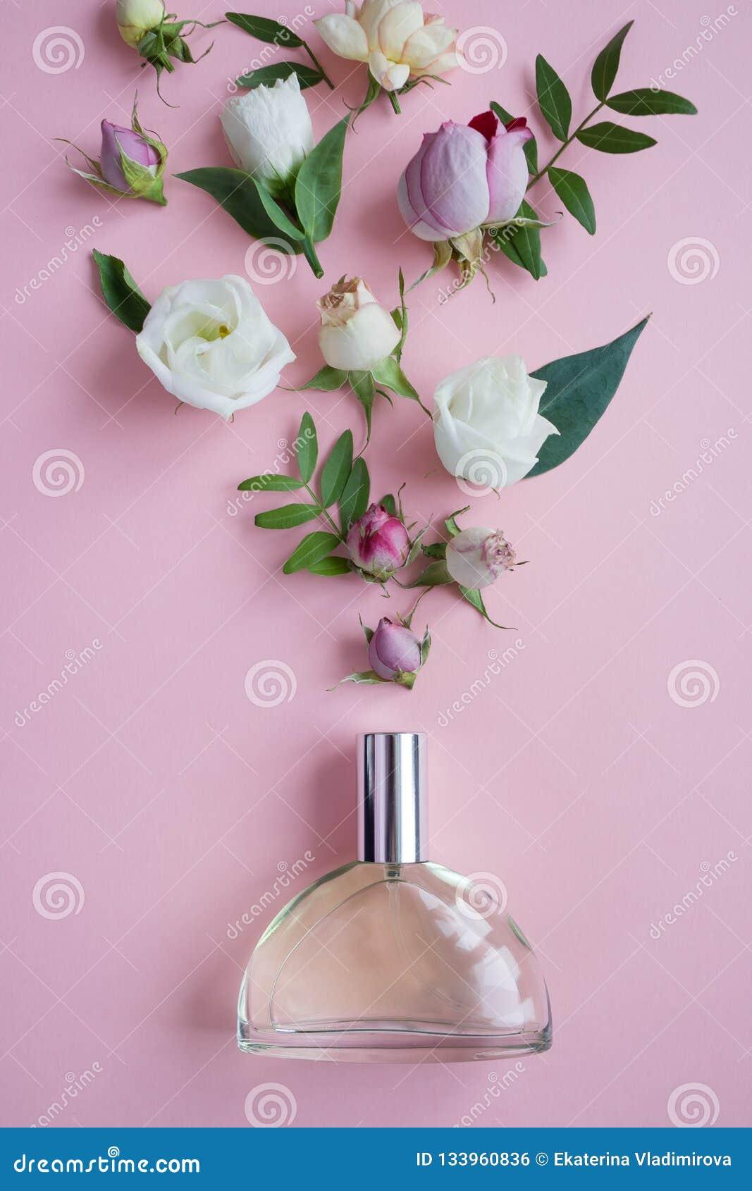 Der glückliche Tag der Mutter! Kartenkonzept Blumen, Duft, Parfüm auf rosa Hintergrund