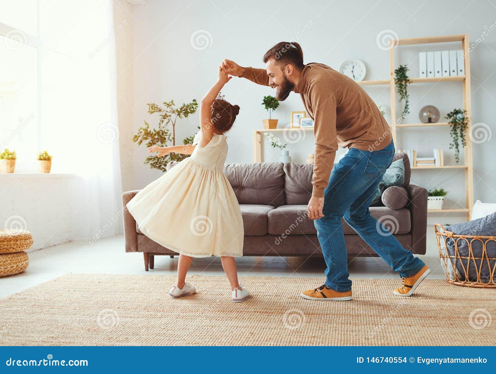 Der gl?ckliche Vatertag! Familienvati- und -kindertochter Prinzessintanzen