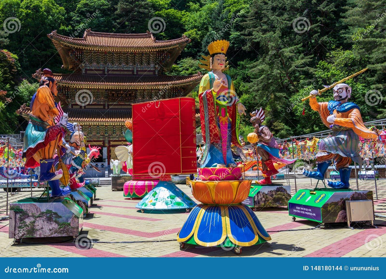 Der große Lehrer Hall Daejosajeon des koreanischen buddhistischen Tempels Guinsa mit vielen Zahlen, damit Festival Buddhas-Geburt