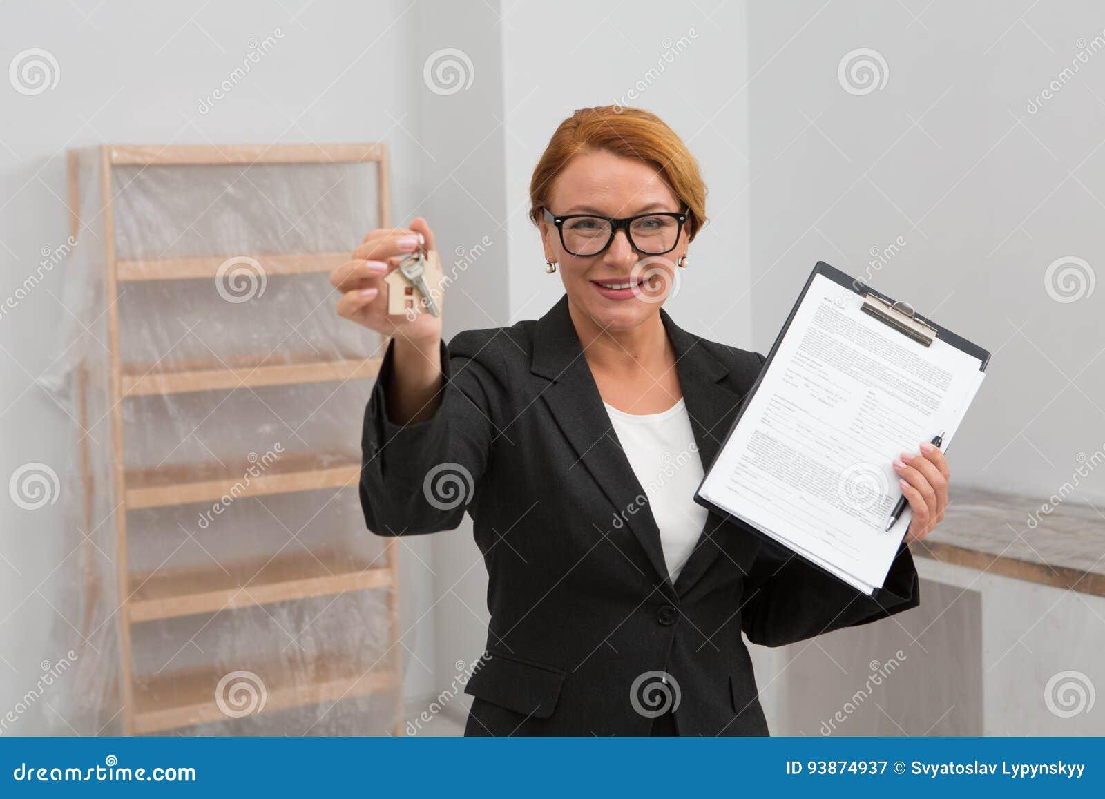 Der Grundstücksmakler Der Vorschlägt Eine Vereinbarung Für