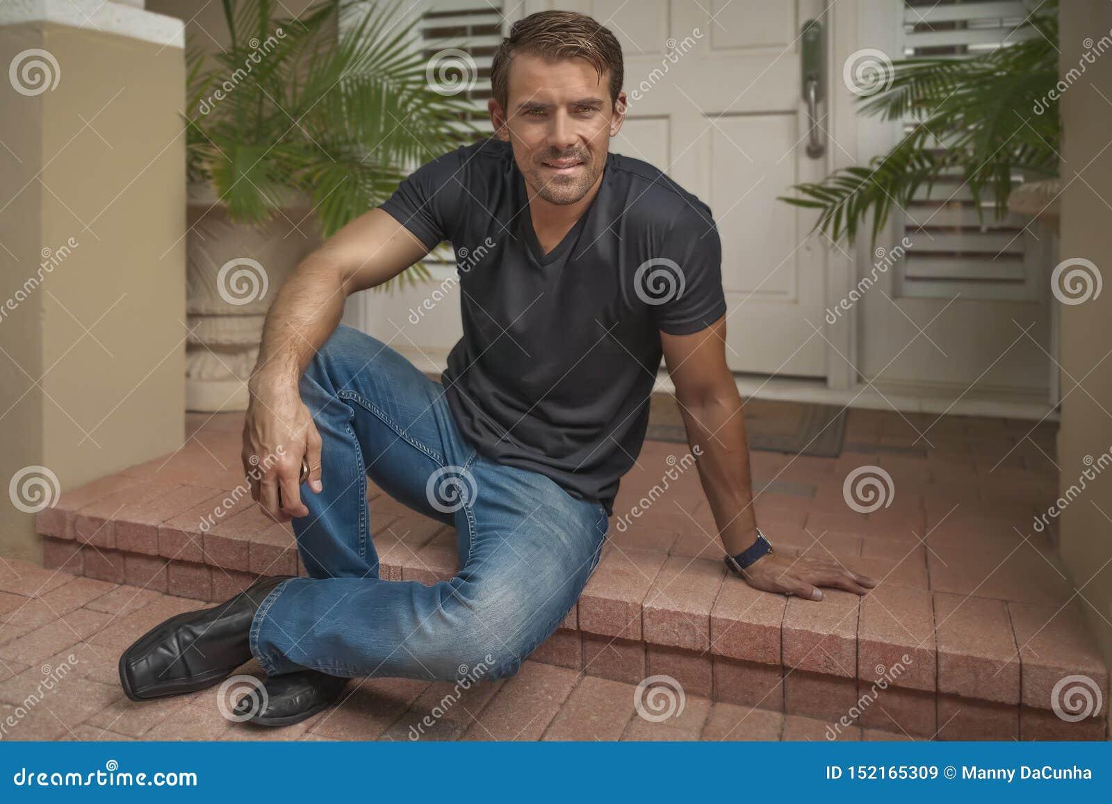 Der gut aussehende Mann stellt zufällig auf die Eingangsterrasse ein