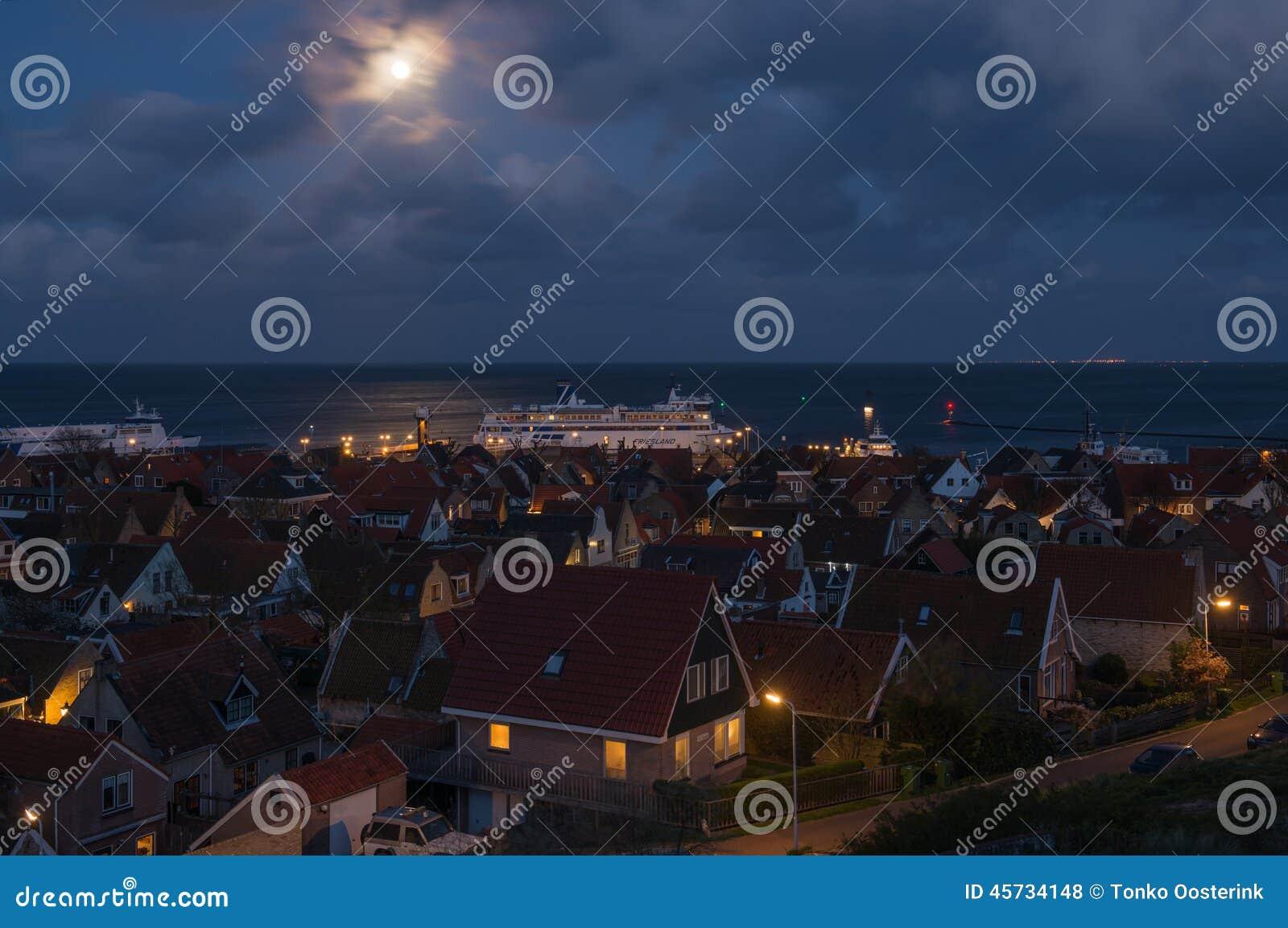 Der Hafen von West-Terschelling auf der Insel von Terschelling bis zum Nacht