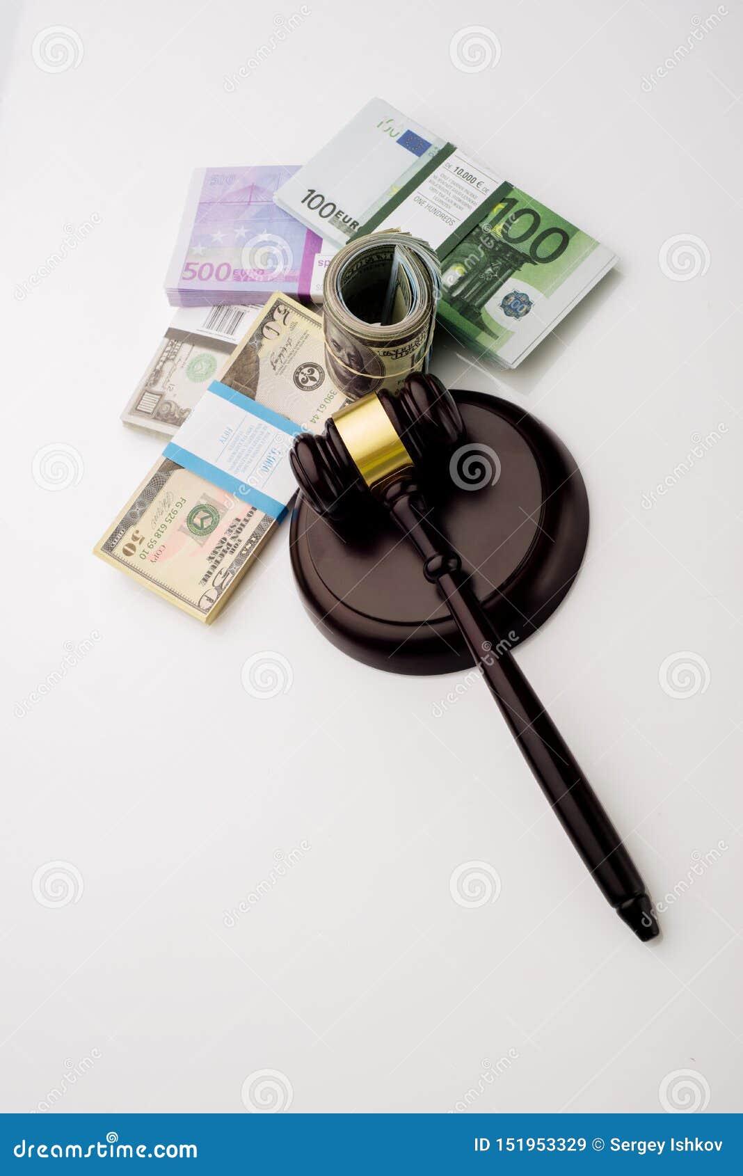 Der Hammer und die Sätze Draufsicht Richters Dollar und Eurobanknoten auf einem weißen Hintergrund