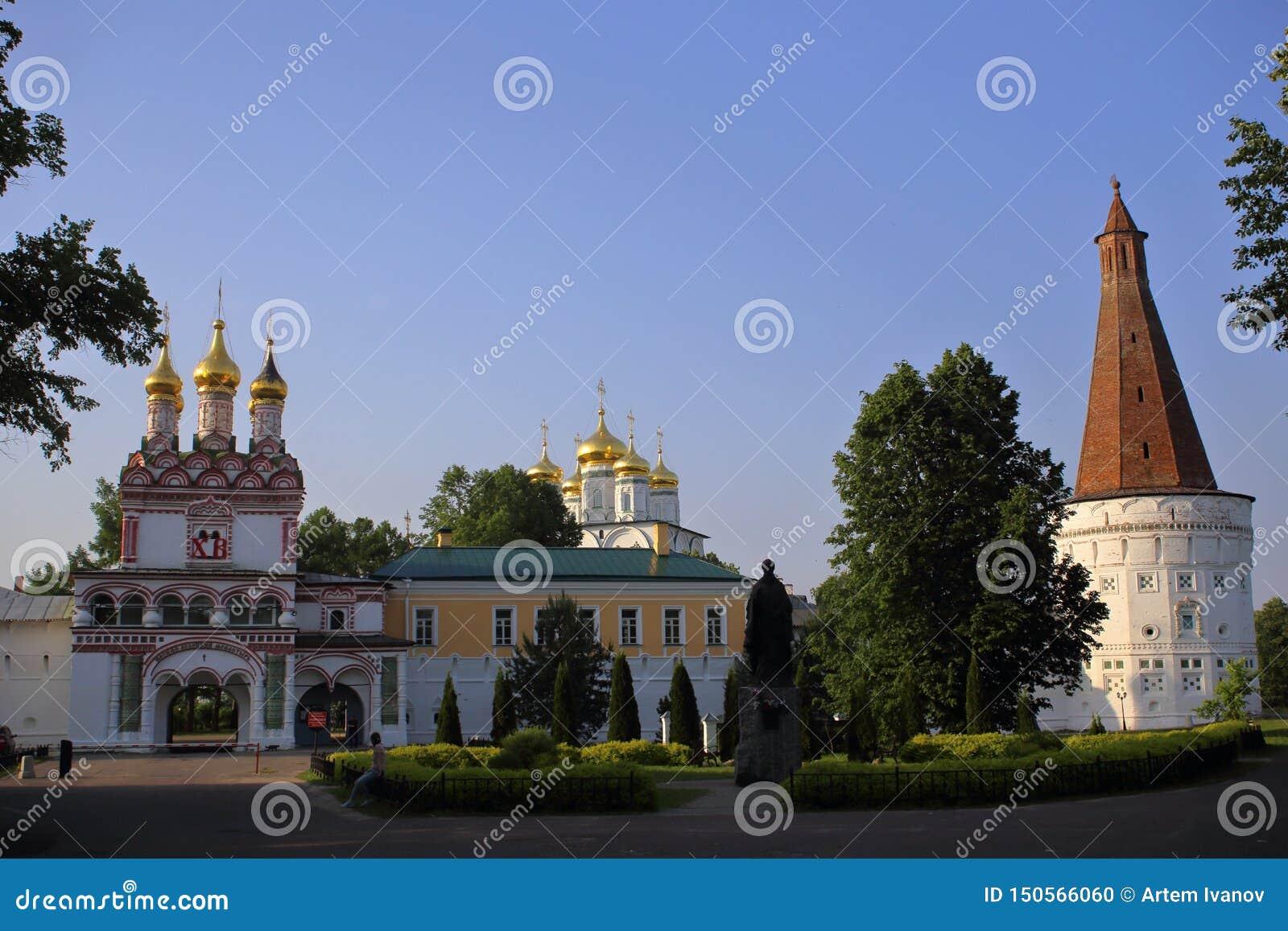 Der Haupteingang russischen orthodoxen Joseph Volokolamsk Monasterys
