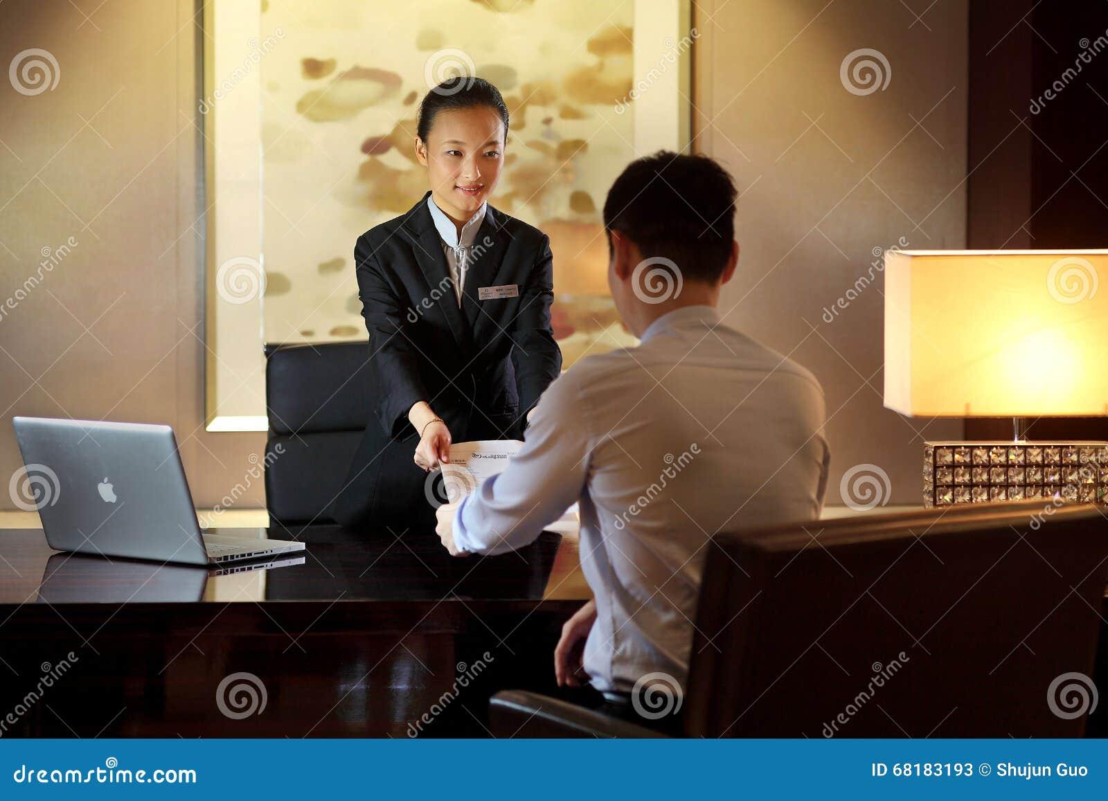 Der Hotelaufnahmeschreibtisch