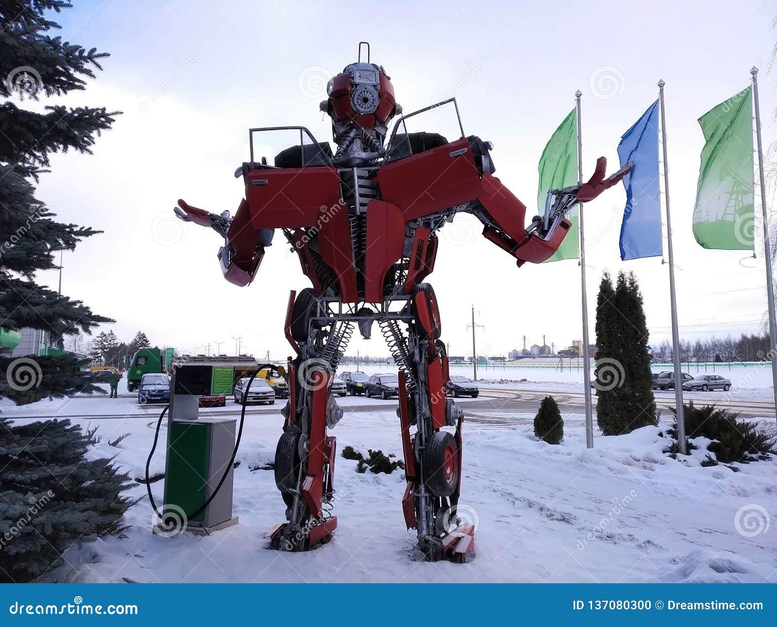 Der humanoid Metalllustige Roboter das rote autoboat, wird von den Ersatzteilen des Autos, wieder tankt Benzin, Teile des Körpers