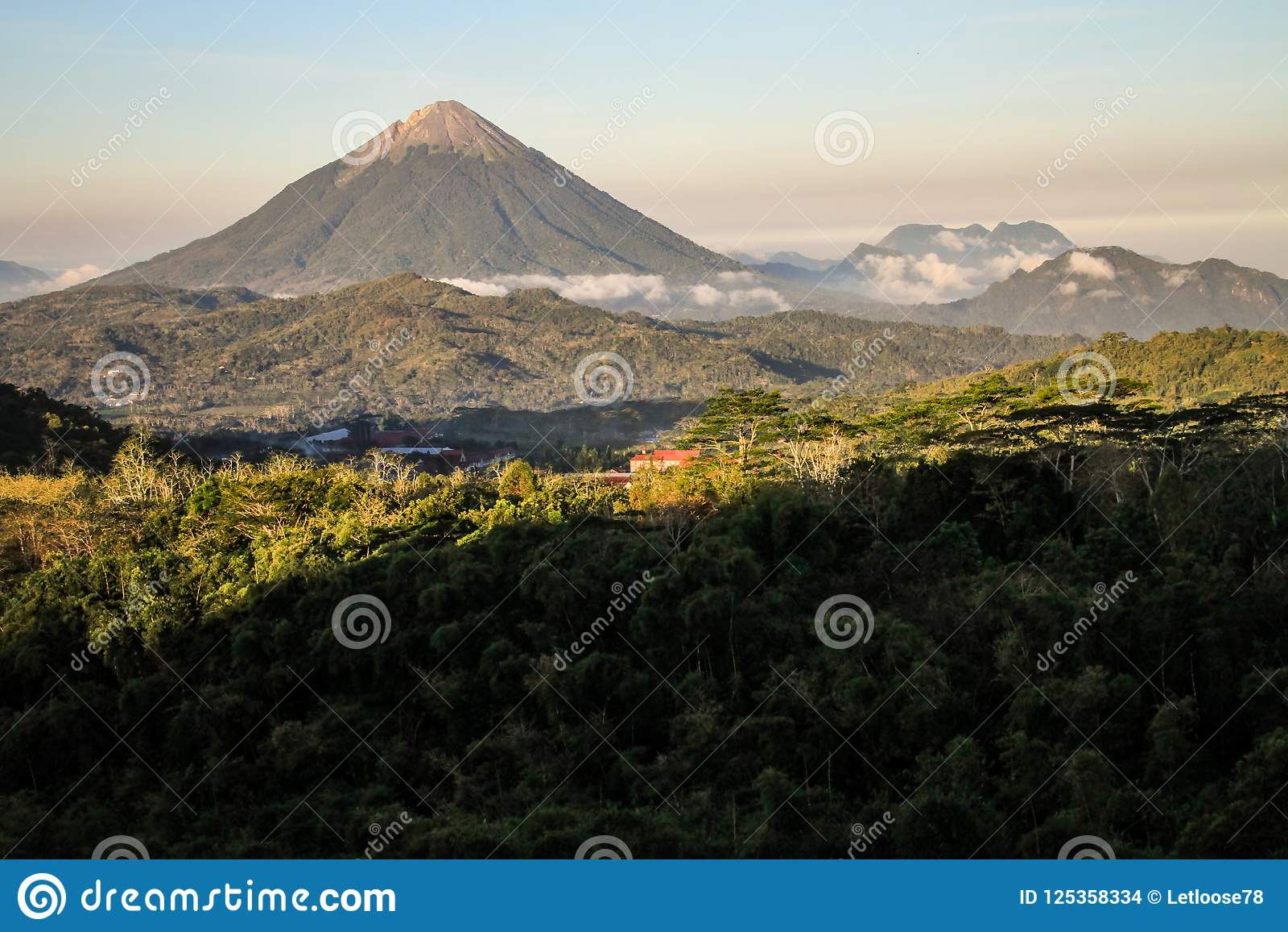 Der Inierie-Vulkan bei Sonnenuntergang, Nusa Tenggara, Flores-Insel, Indonesien