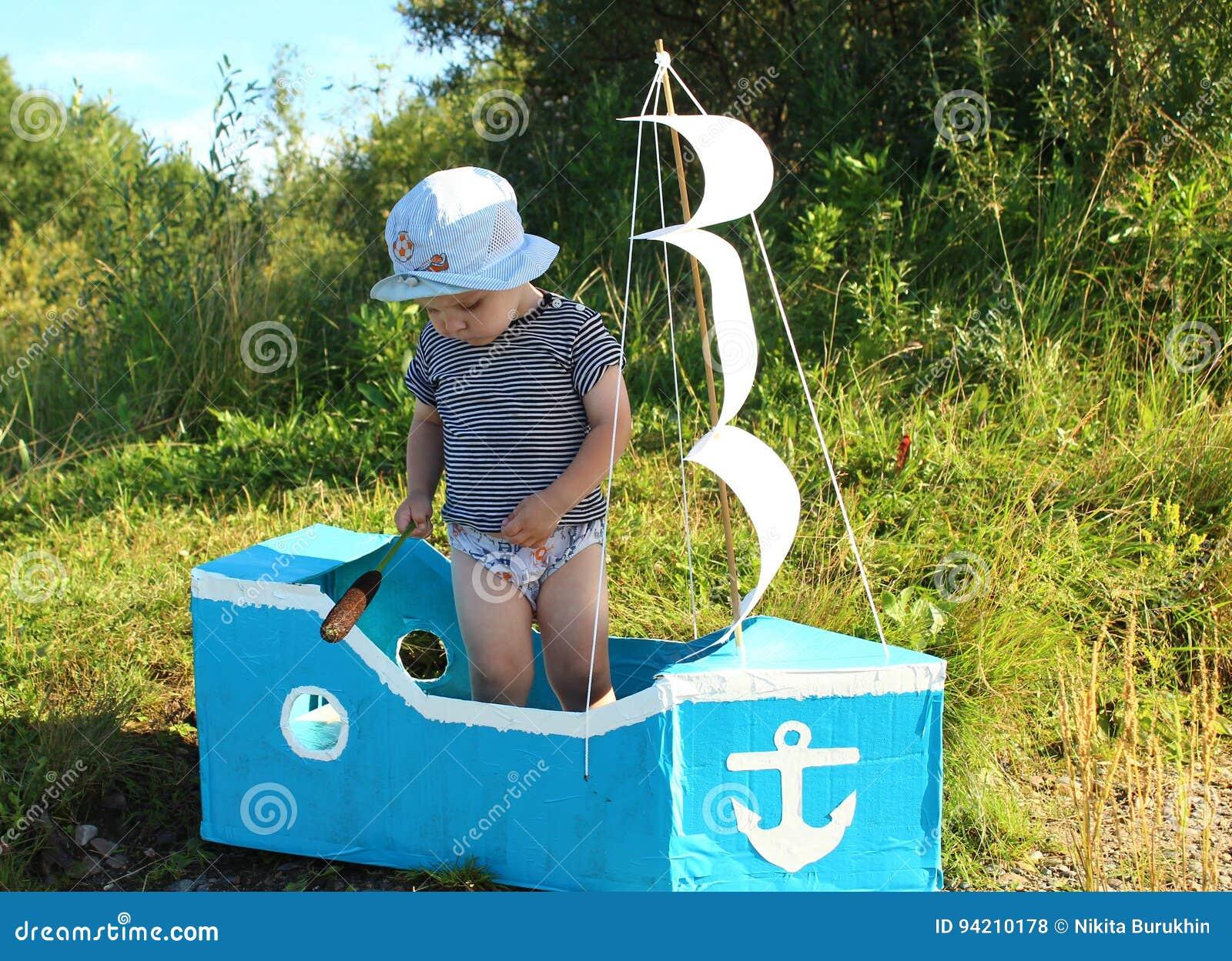Der Junge steht in einem behelfsmäßigen Schiff