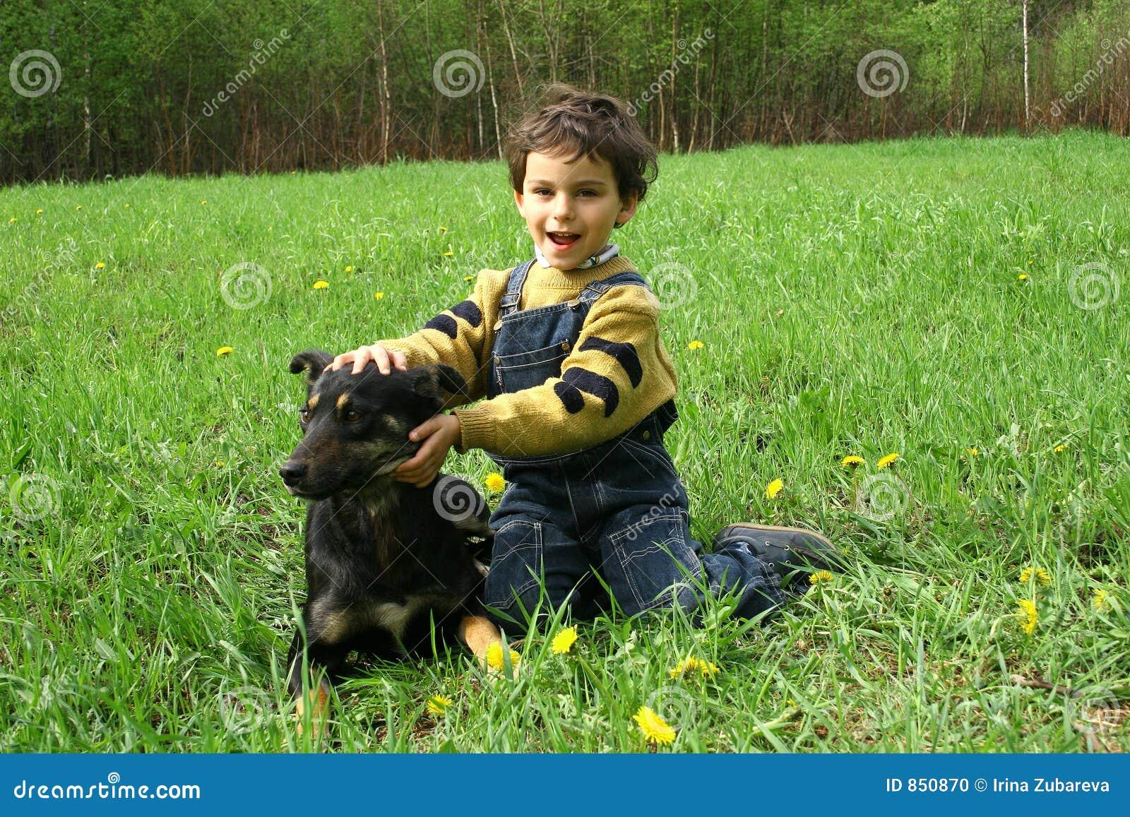 Der Junge und der ? Hund.