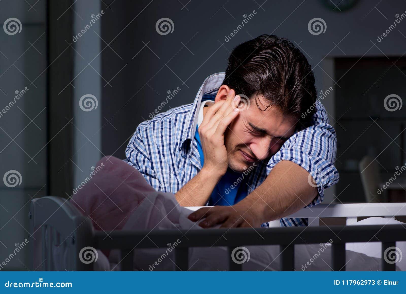 Der junge Vater unter dem Druck wegen des Babys, das nachts schreit