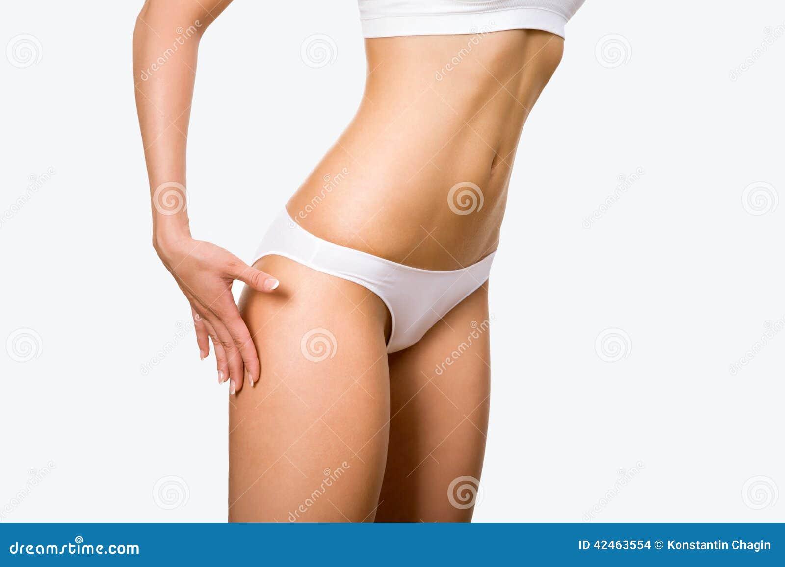 Der Körper der gebräunten Frau