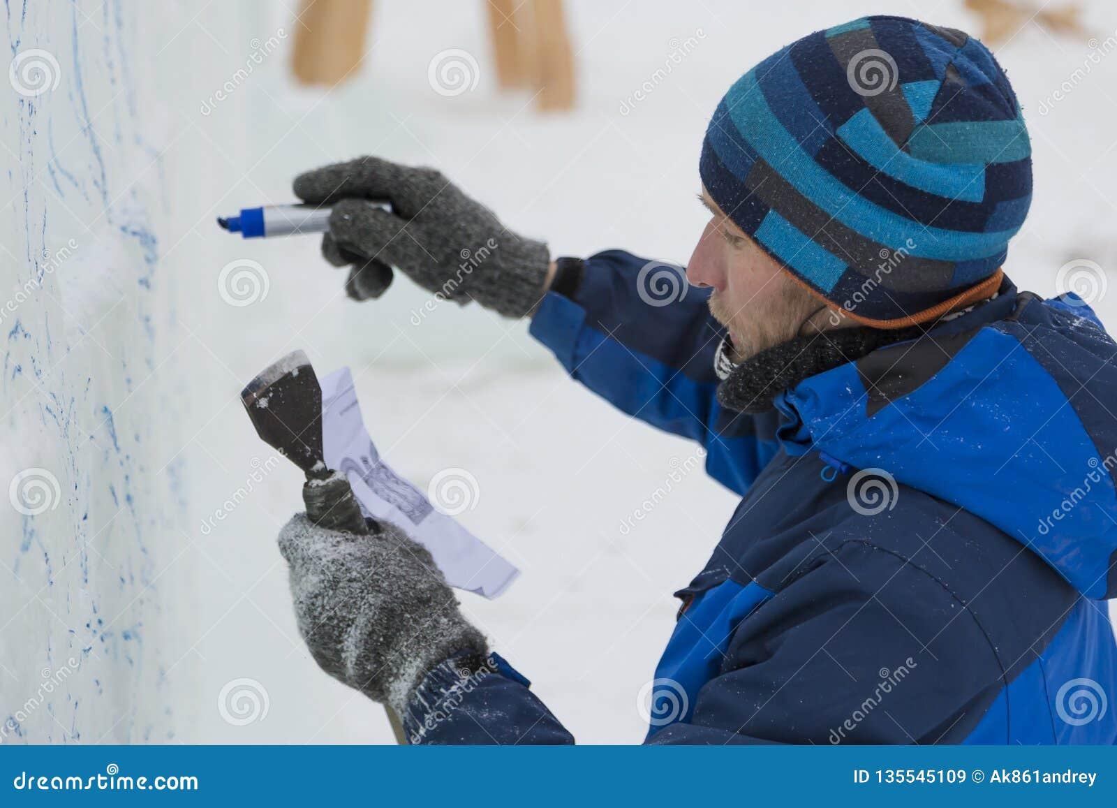 Der Künstler zeichnet auf den Eisblock