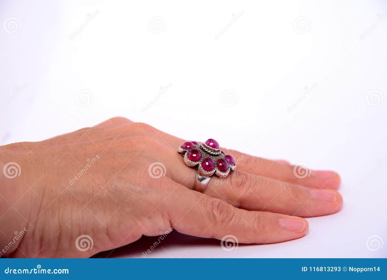 Der karminrote Ring der Schönheitshochzeit auf Ringfinger