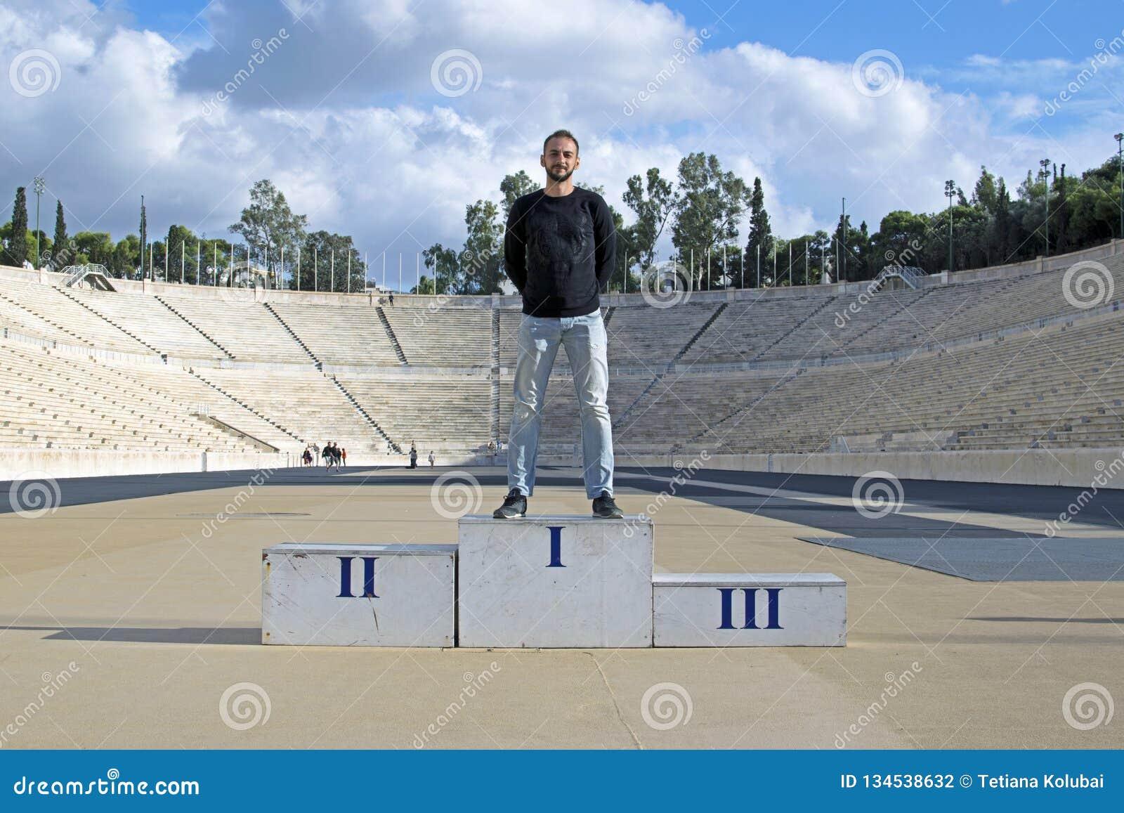 Der Kerl auf dem Podium des Olympiastadions Panathinaikos, Athen, Griechenland
