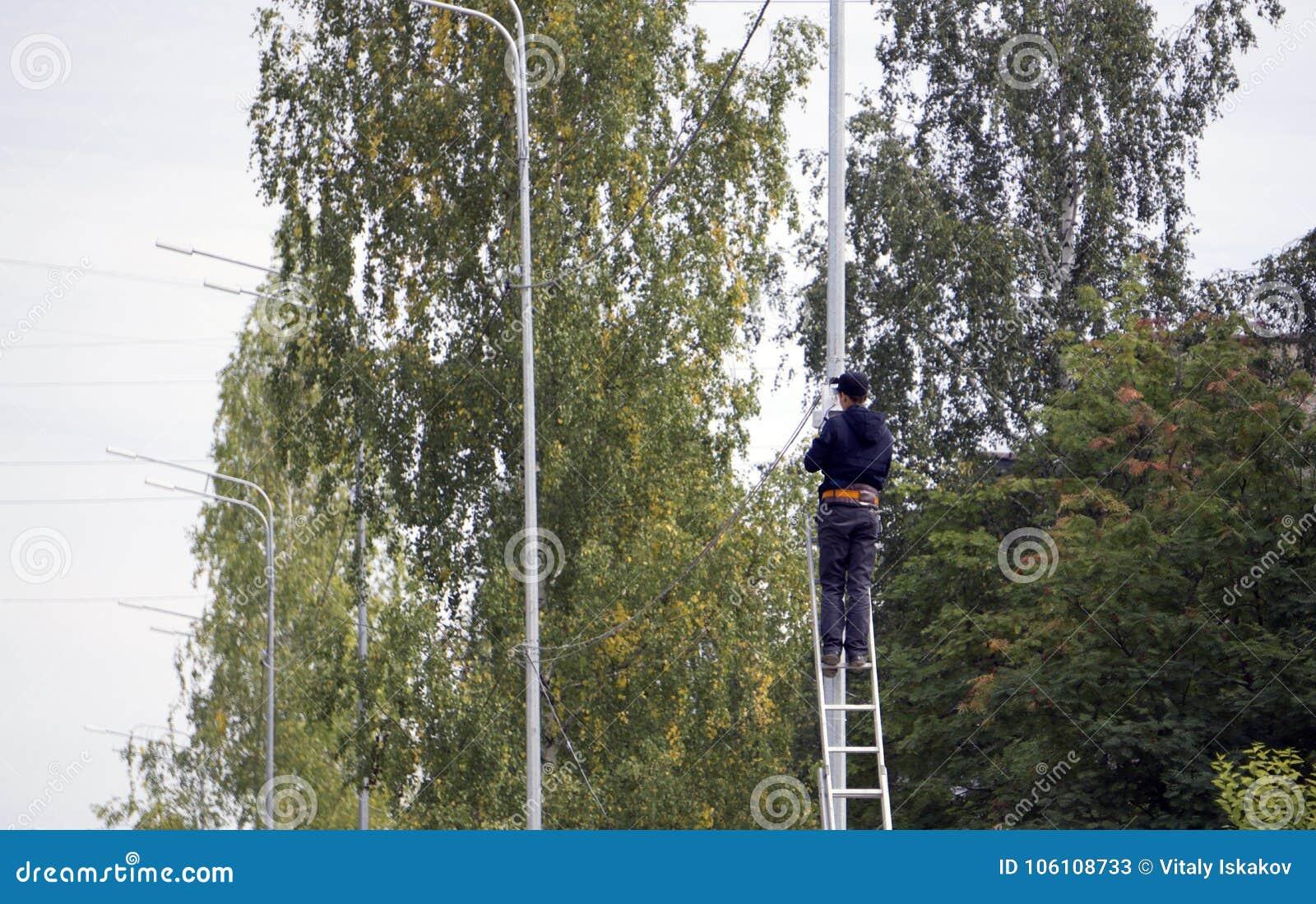 Der Kerl auf der Treppe kletterte auf dem Pfosten